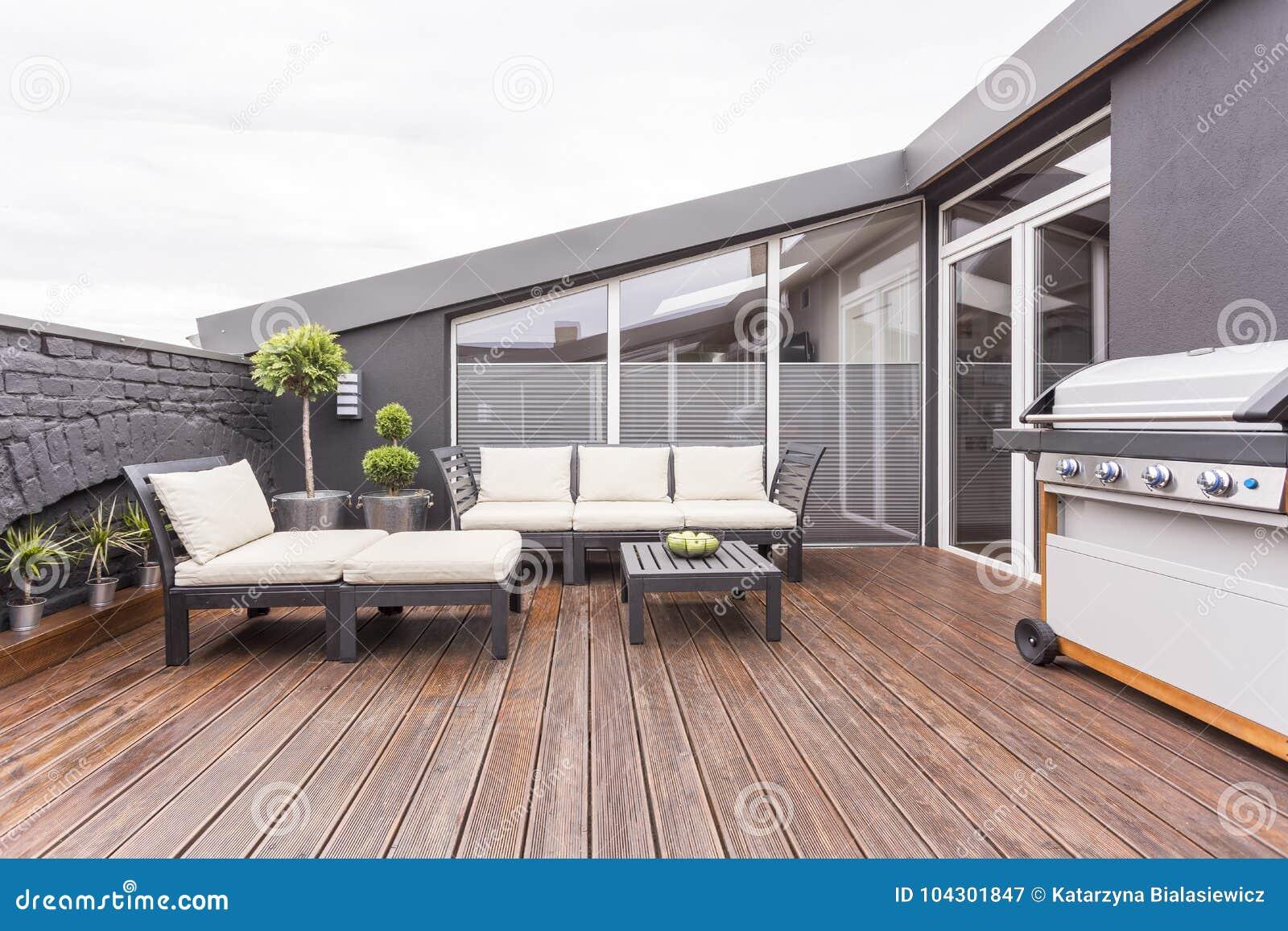Terraço acolhedor com assoalho de madeira
