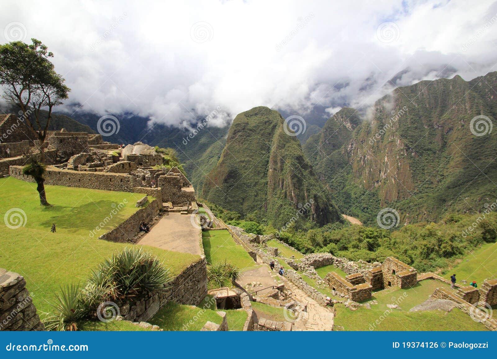 Terraços de Machu Picchu sobre o vale de Urubamba