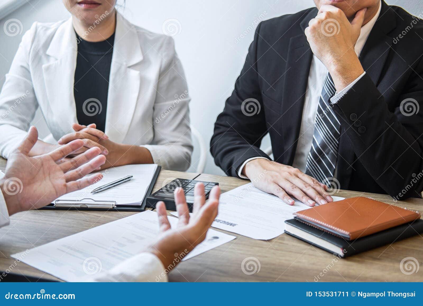 A terra arrendada do empregador ou do recruta que lê um resumo com fala durante aproximadamente seu perfil do candidato, empregad