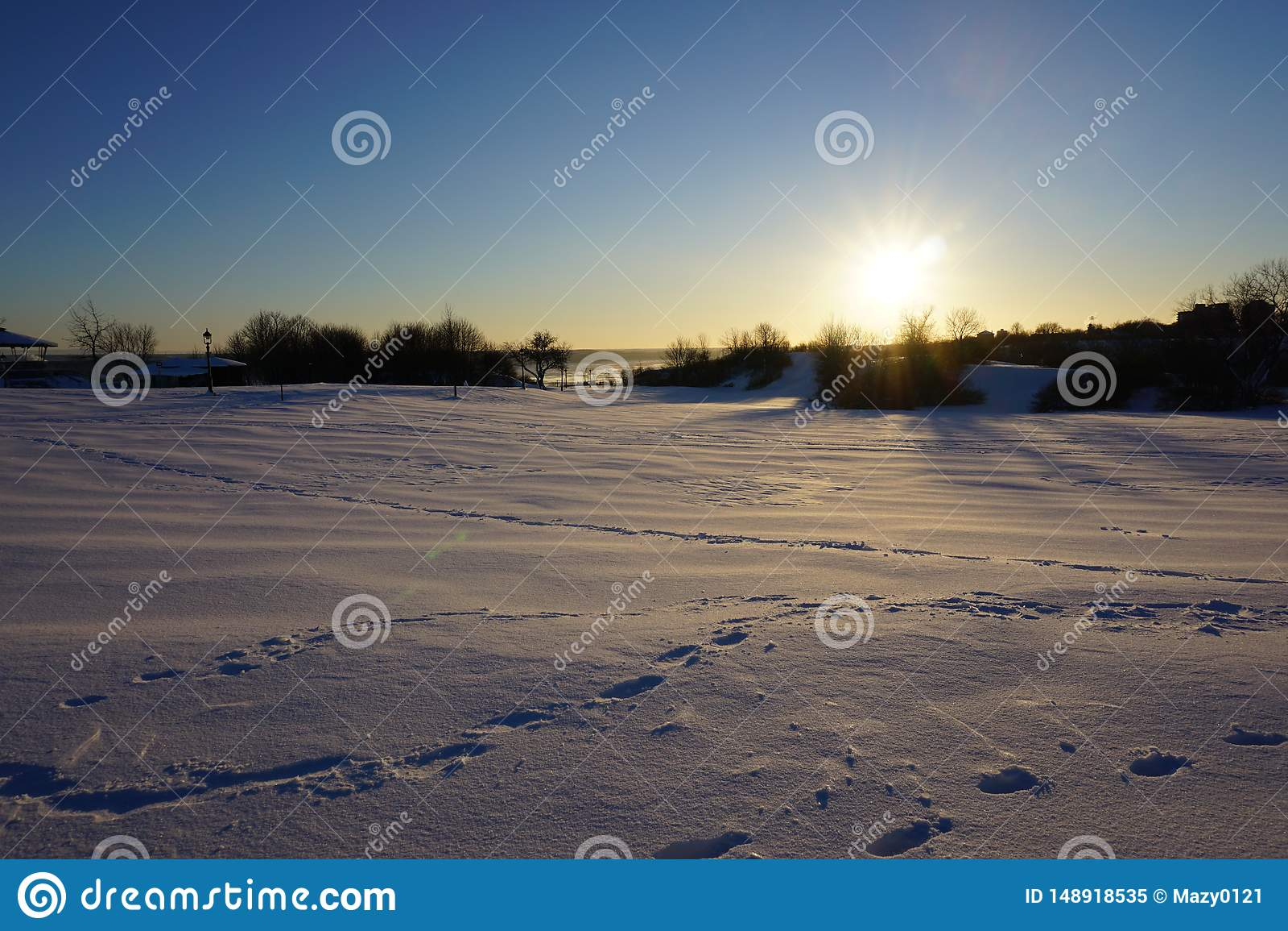 Terra da neve sob o sol