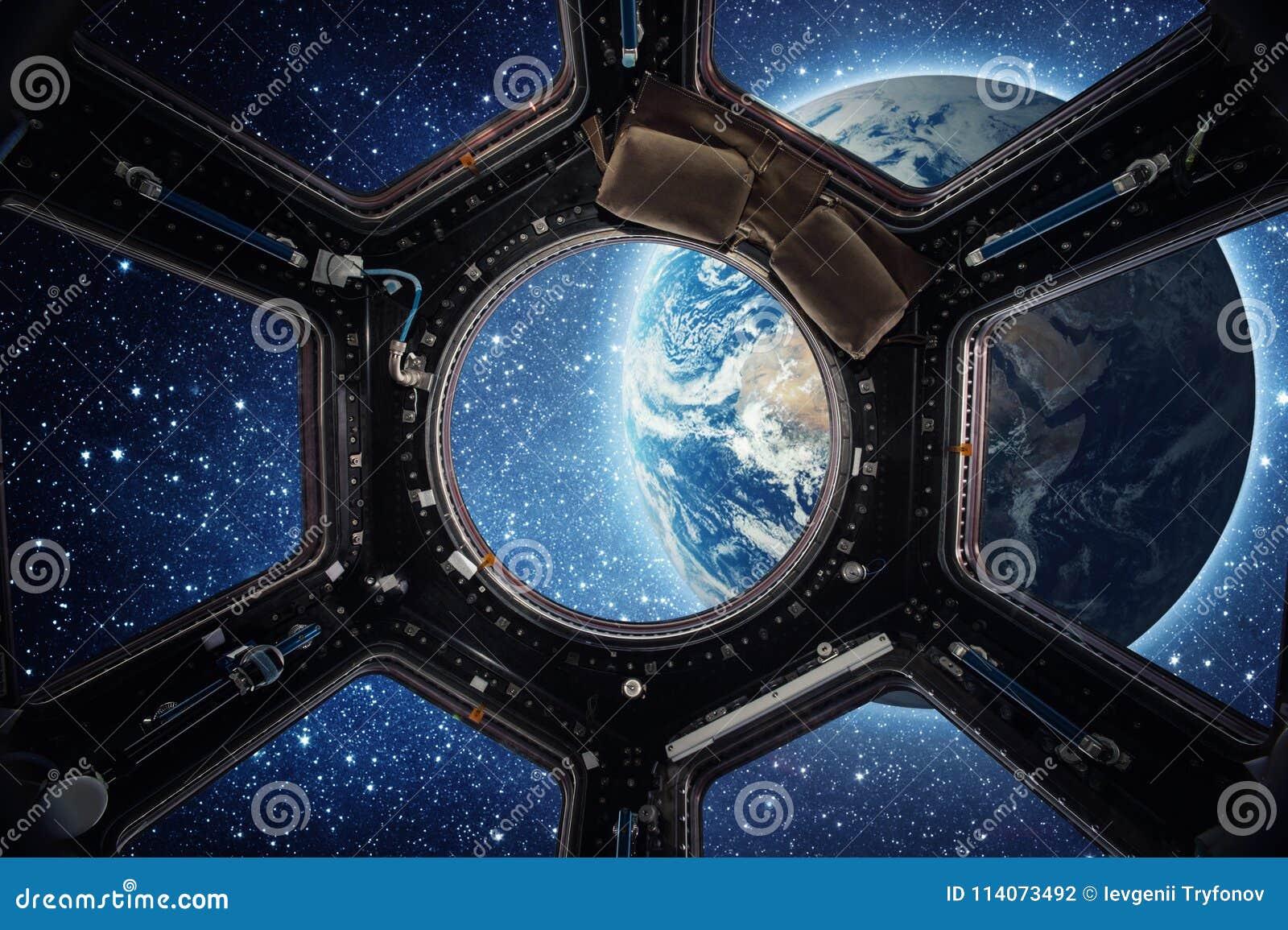 Terra e galáxia na janela da estação espacial internacional da nave espacial