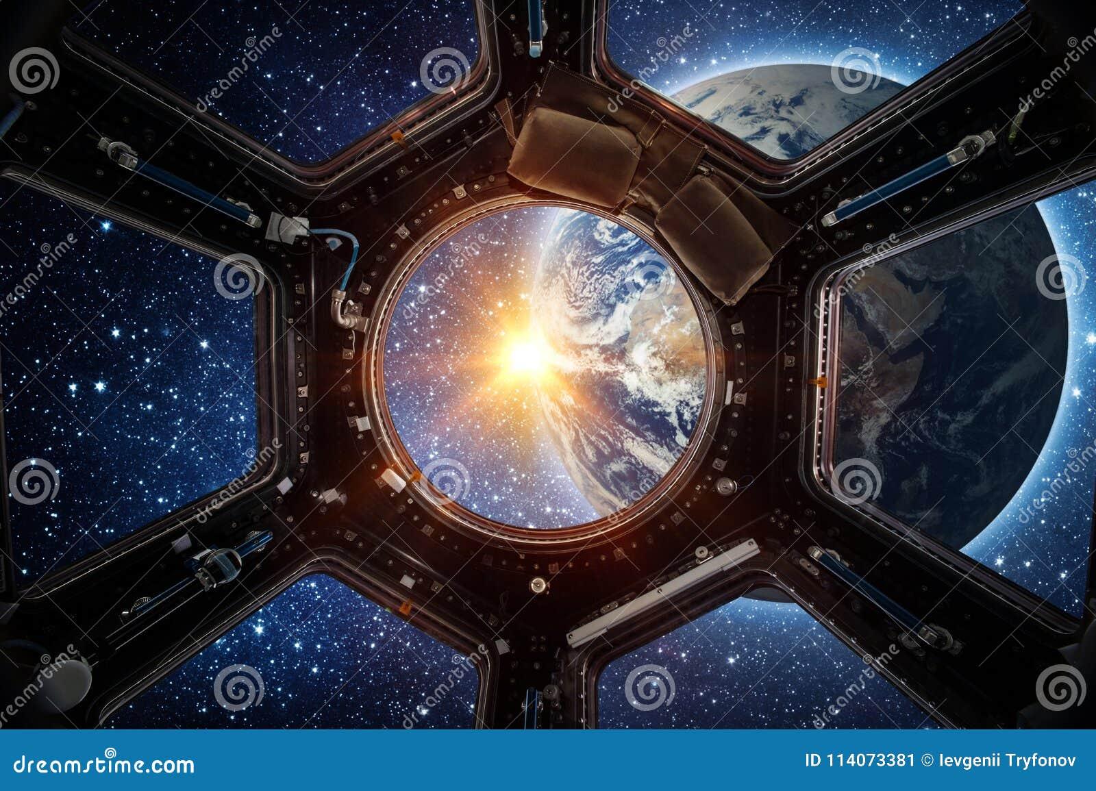 Terra e galassia nella finestra della Stazione Spaziale Internazionale dell astronave