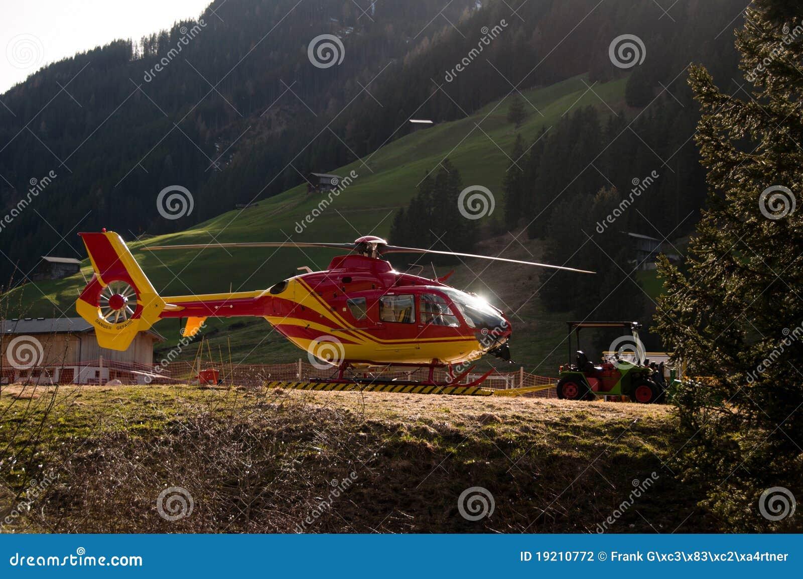 Elicottero E Ambulanza : A terra elicottero giallo e rosso al capannone fotografia