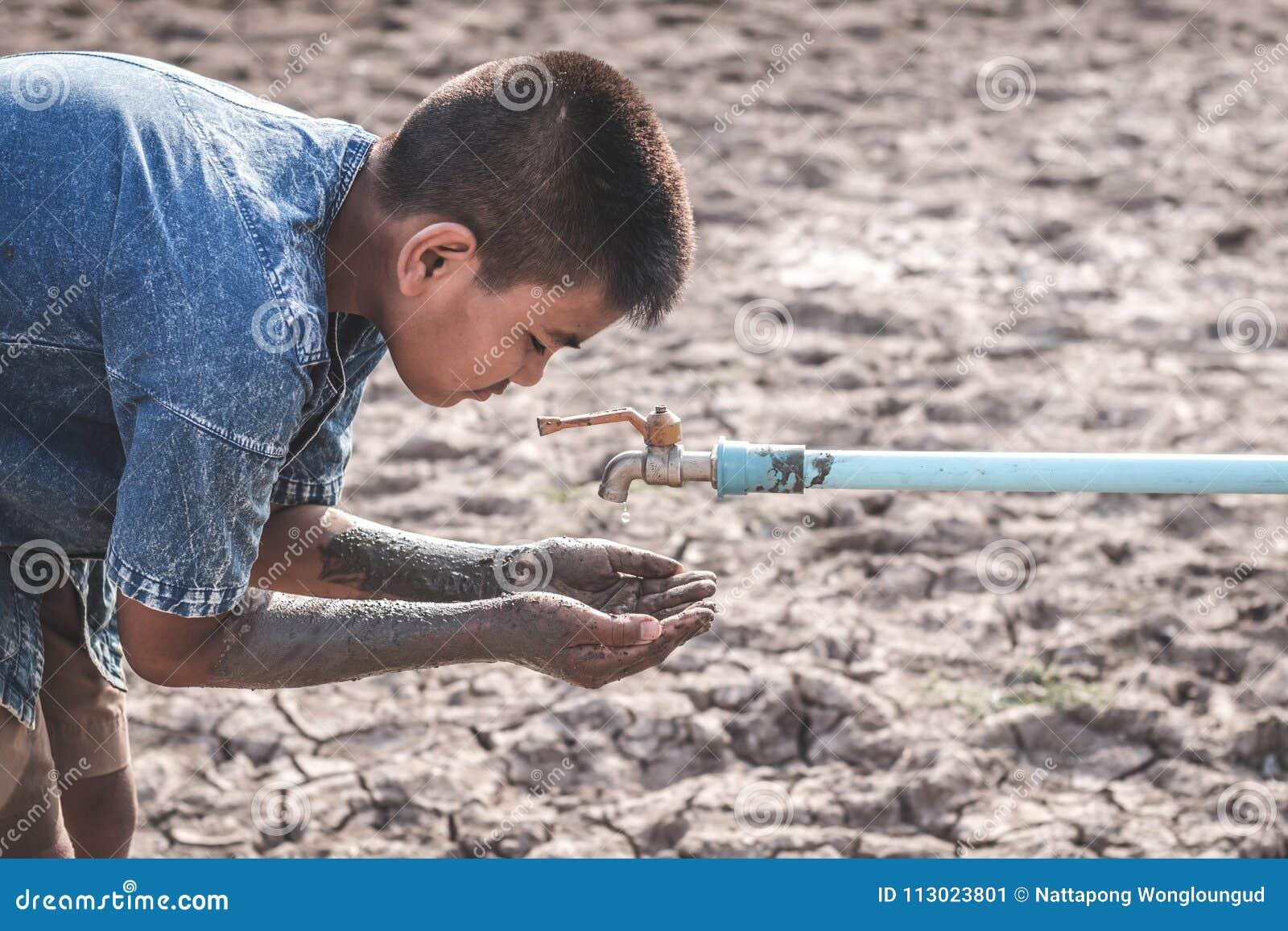 A terra seca rachada devido à seca