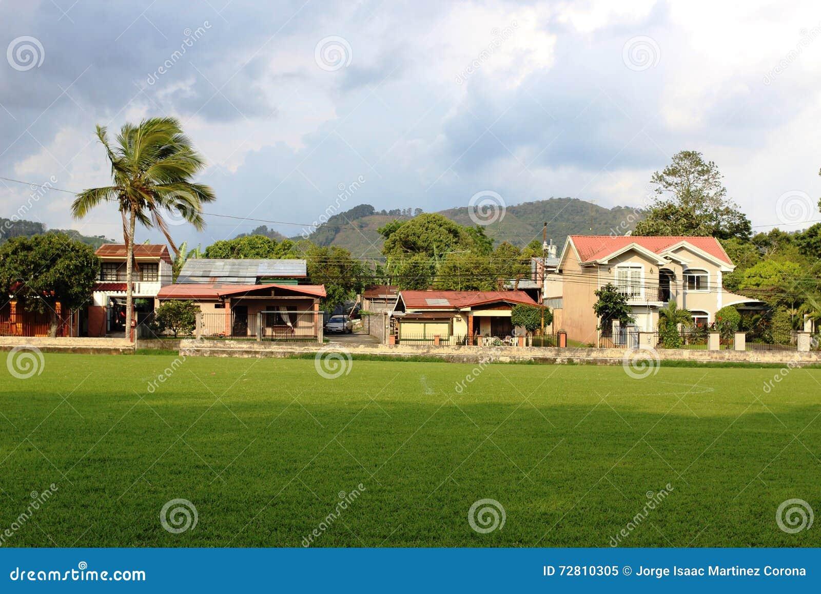 Terrain de football de Costa Rica avec des maisons dans l arrière