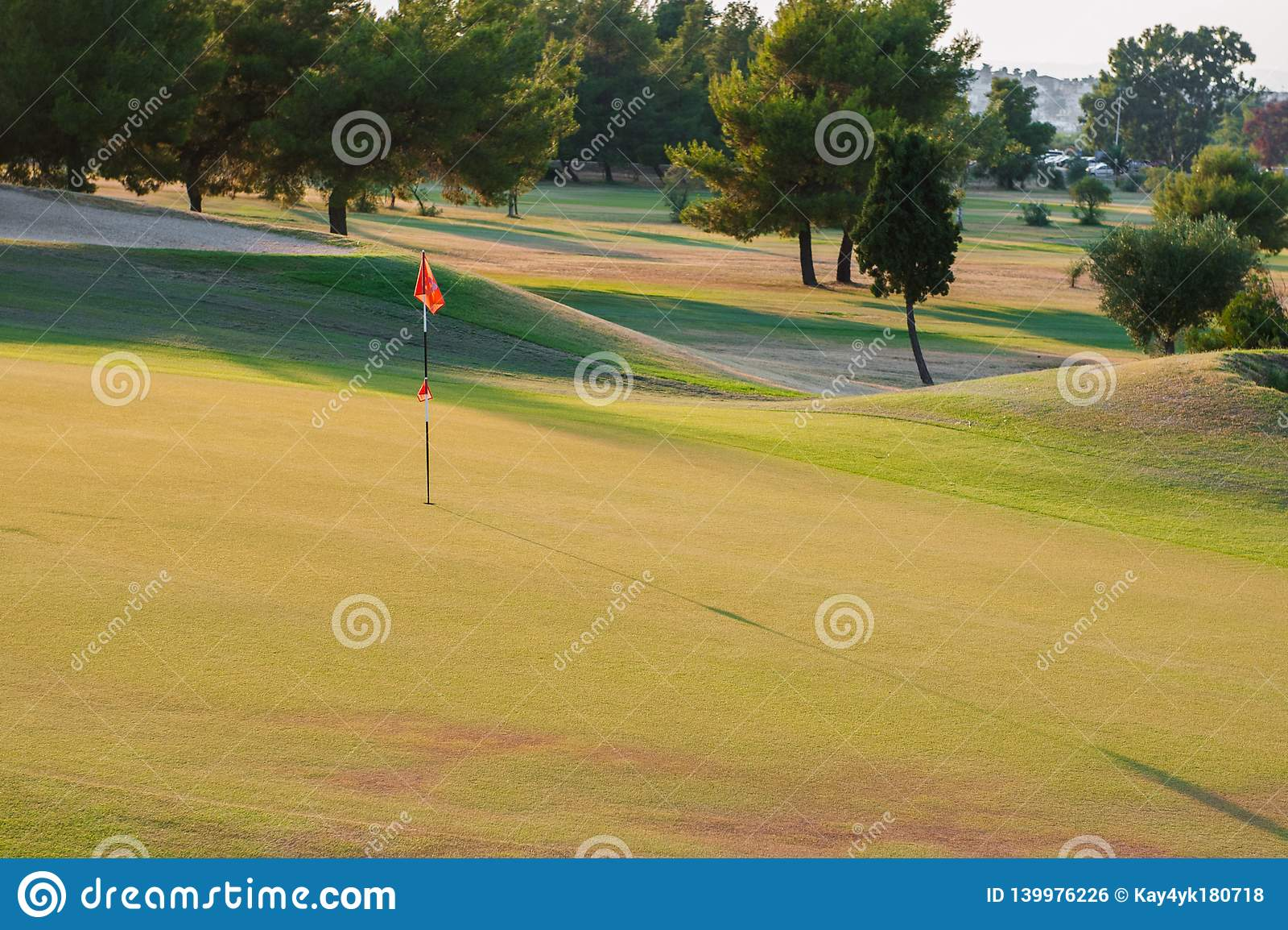 Terrain de golf au coucher du soleil, club de golf vide