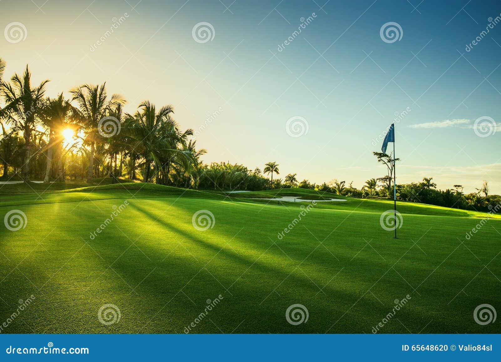 Terrain de golf dans la station de vacances trpical