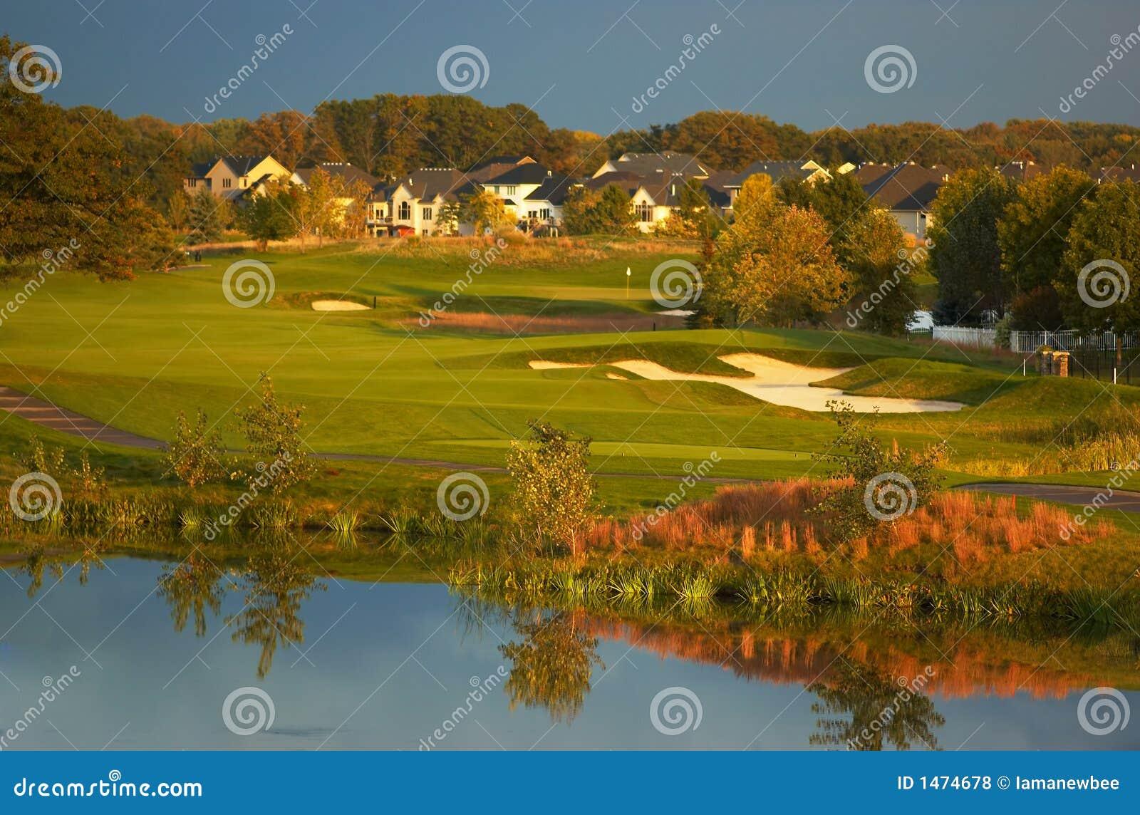 Terrain de golf dans le coucher du soleil.