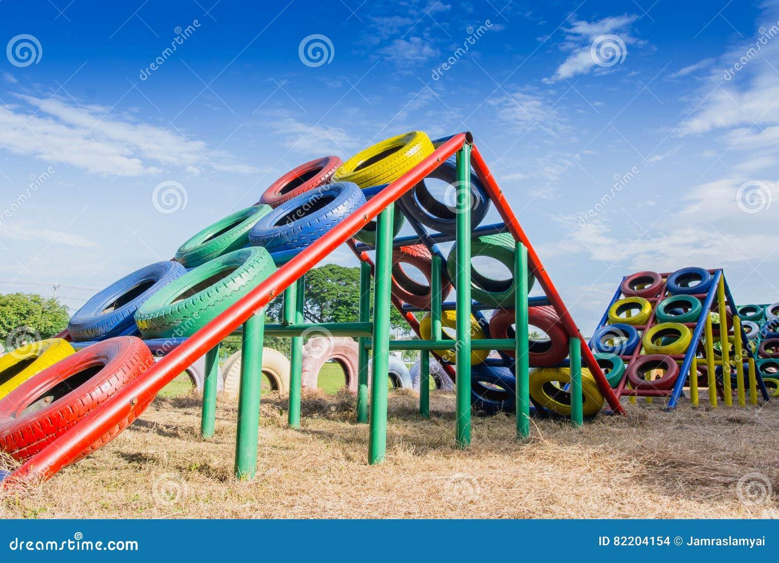 terrain de jeu construit avec de vieux pneus pour des jeux d 39 enfants photo stock image 82204154. Black Bedroom Furniture Sets. Home Design Ideas