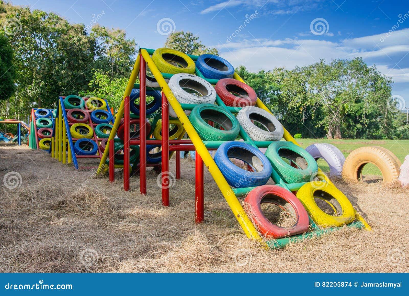 terrain de jeu construit avec de vieux pneus pour des jeux d 39 enfants photo stock image du. Black Bedroom Furniture Sets. Home Design Ideas