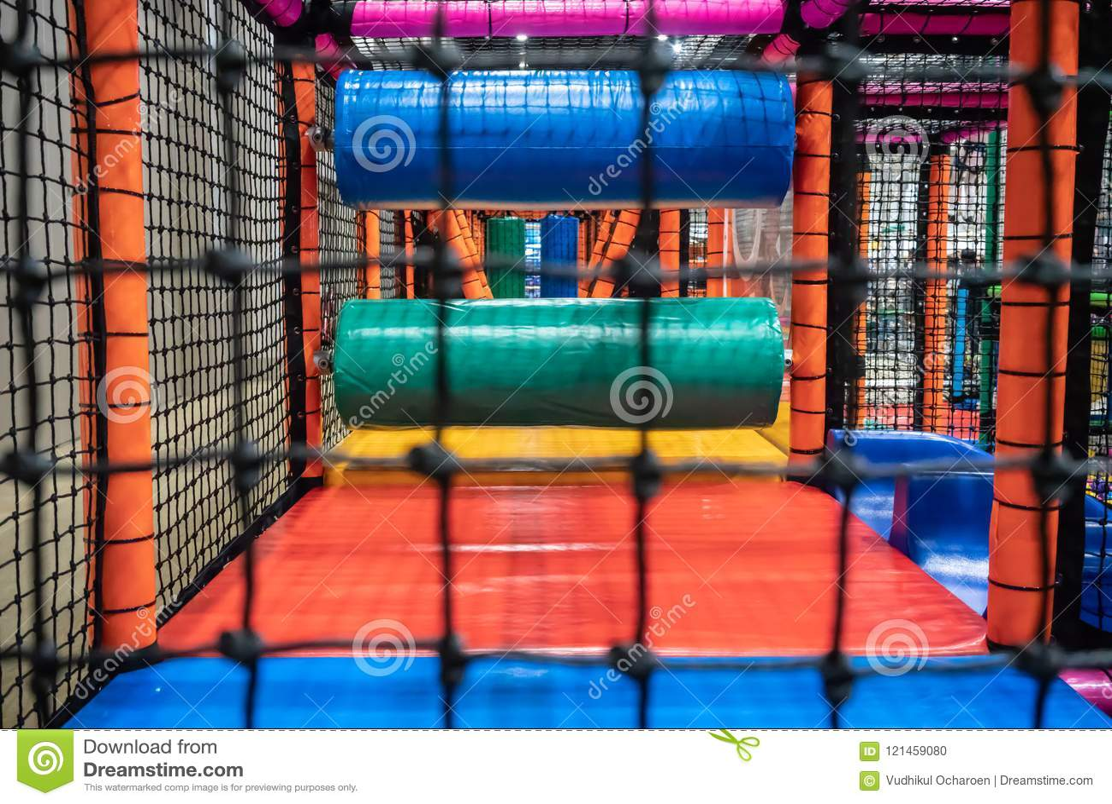 Terrain de jeu d enfants pour le gymnase avec la glissière et labyrinthe dans le jardin d enfants modèle