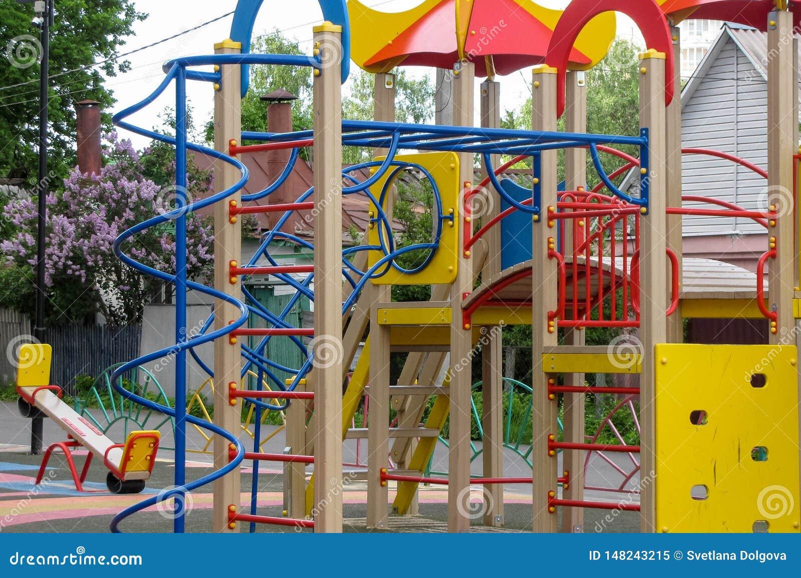 Terrain de jeu du ` s d enfants dans la cour