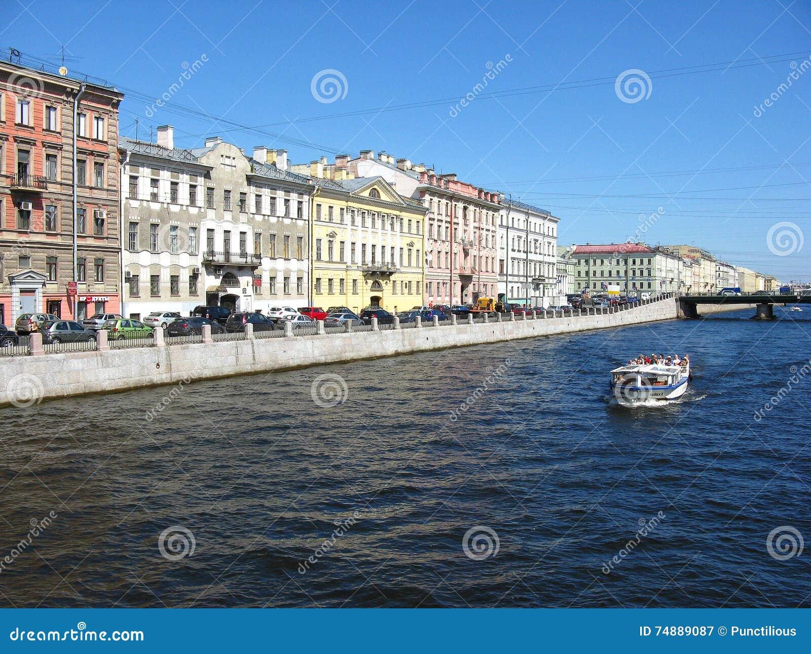 A terraplenagem do rio de Fontanka, St Petersburg