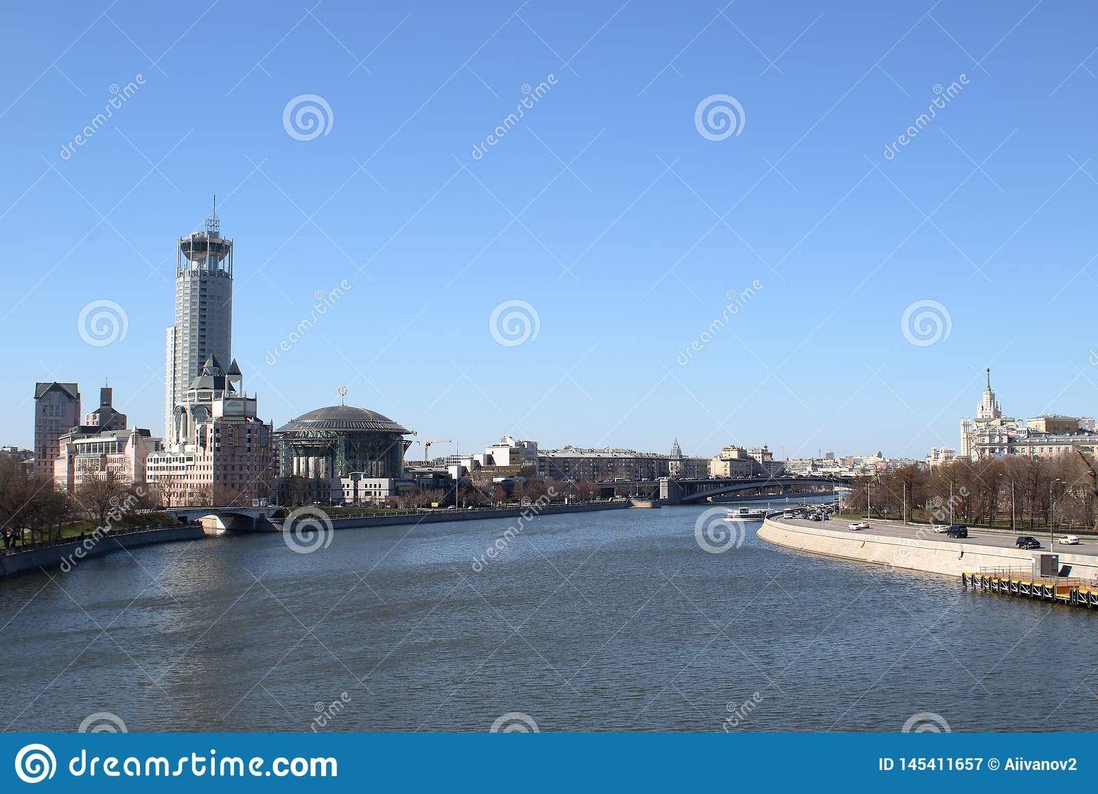 Terraplenagens do rio de Moskva com vista dos arranha-c?us