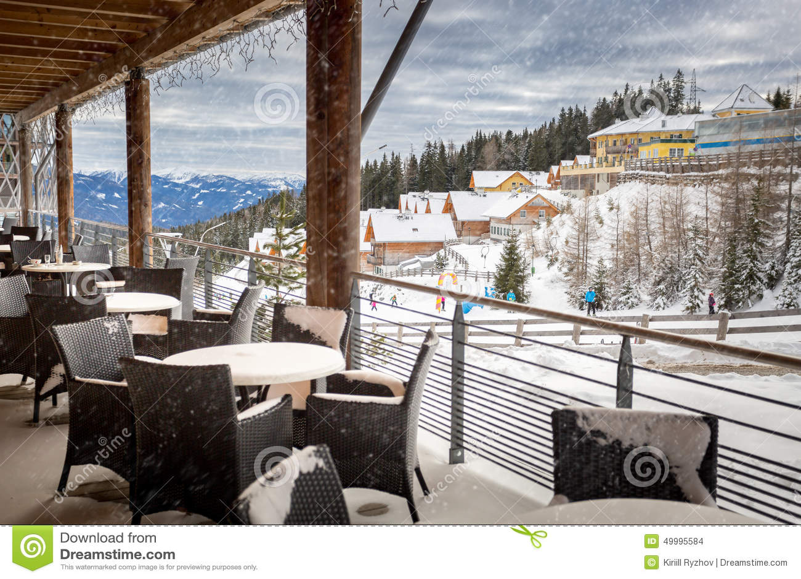 Terras door sneeuw bij het restaurant dat van de for Terrasse de restaurant couverte
