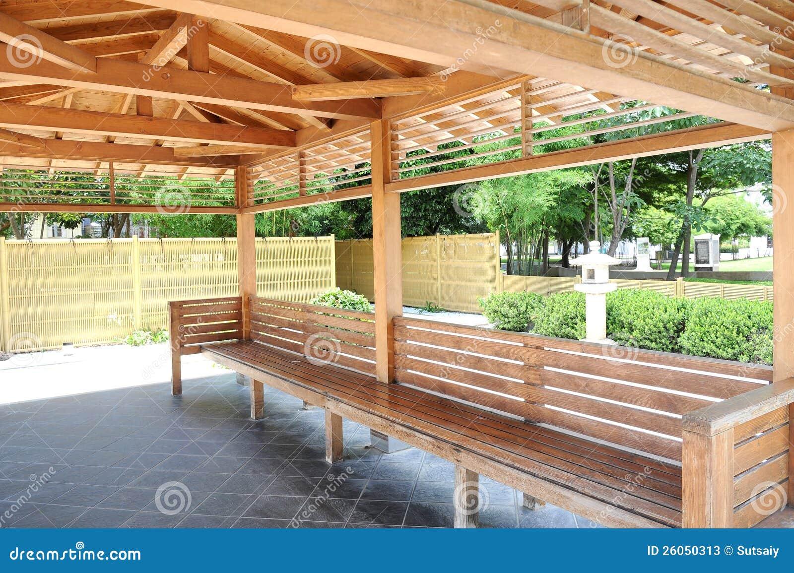 Terras in houten huis stock afbeelding. afbeelding bestaande uit