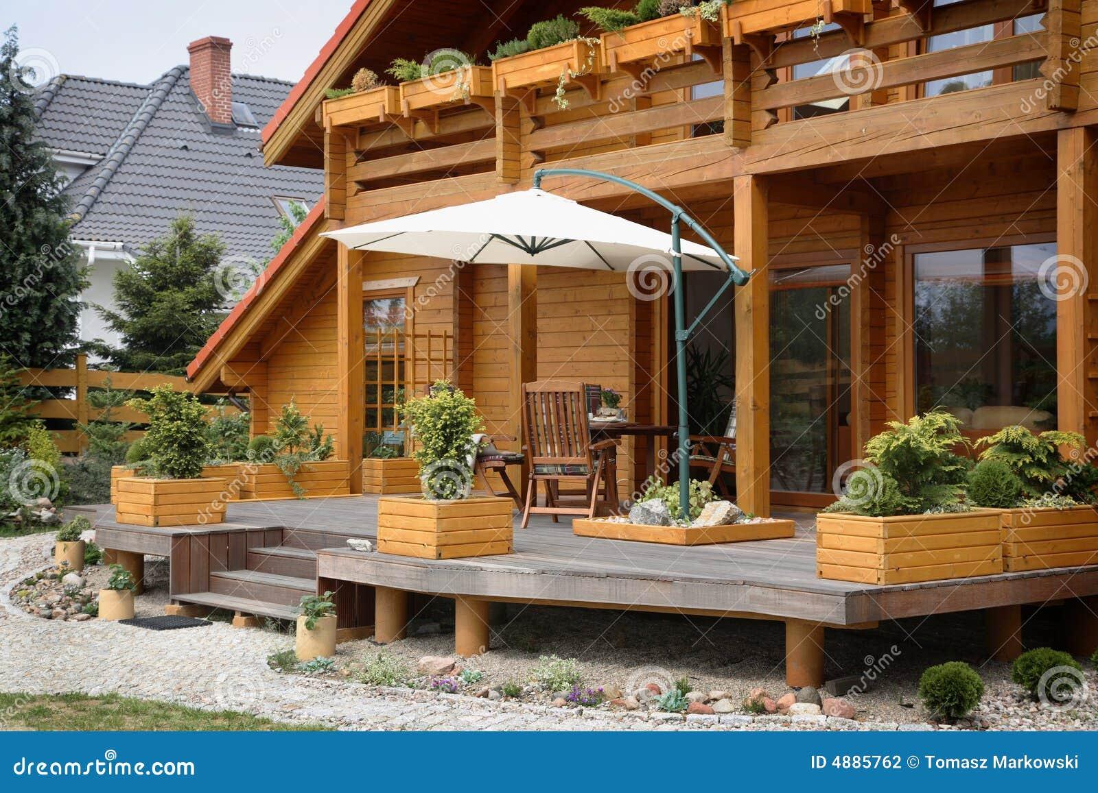 Terras van een houten huis stock foto afbeelding bestaande uit