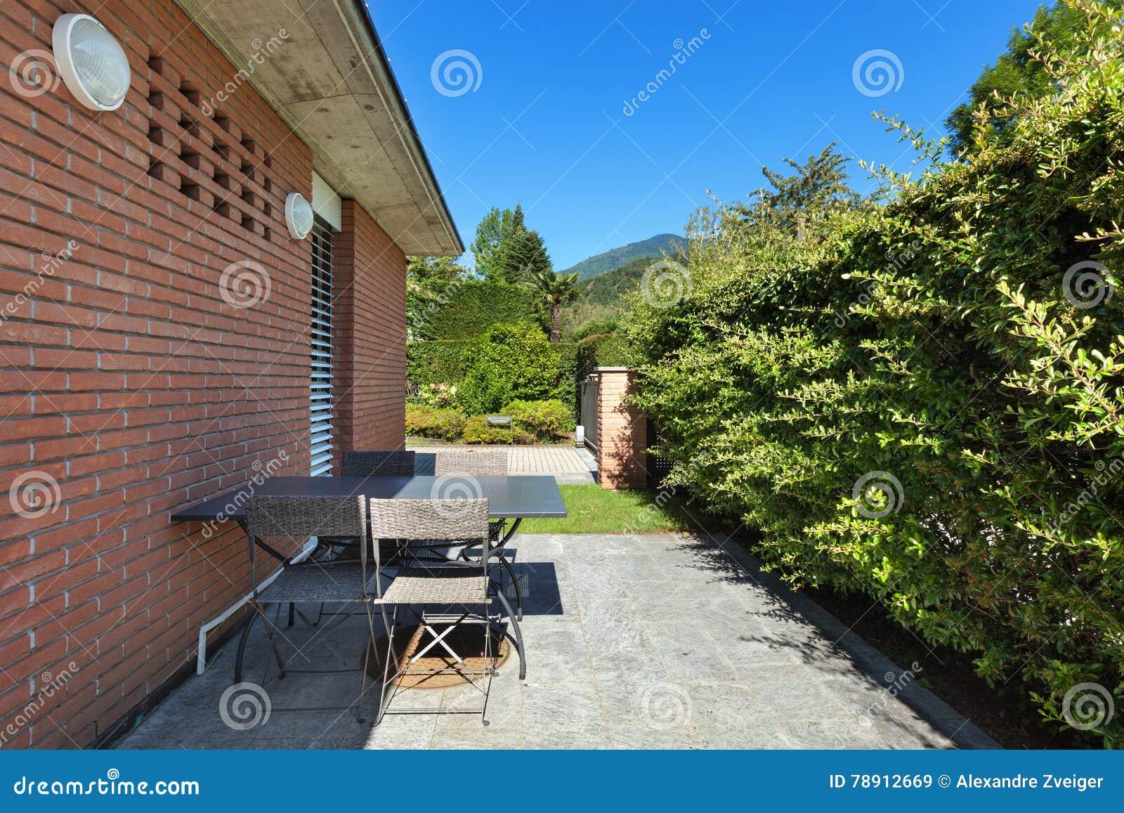 Terras van een modern huis stock afbeelding. afbeelding bestaande