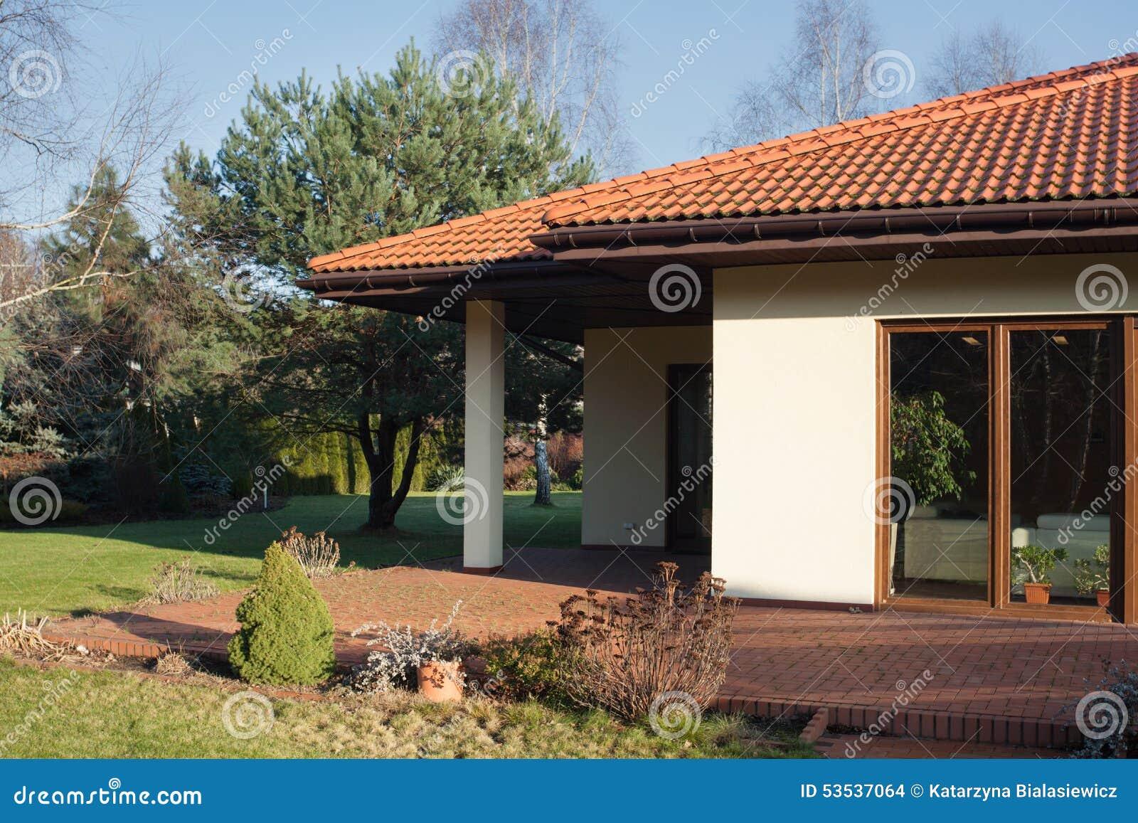 Terras van eigentijds huis stock foto afbeelding bestaande