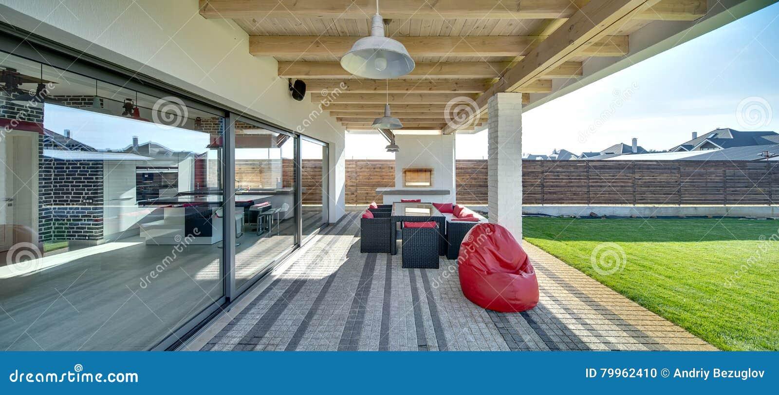 Terras van modern buitenhuis stock foto afbeelding bestaande uit