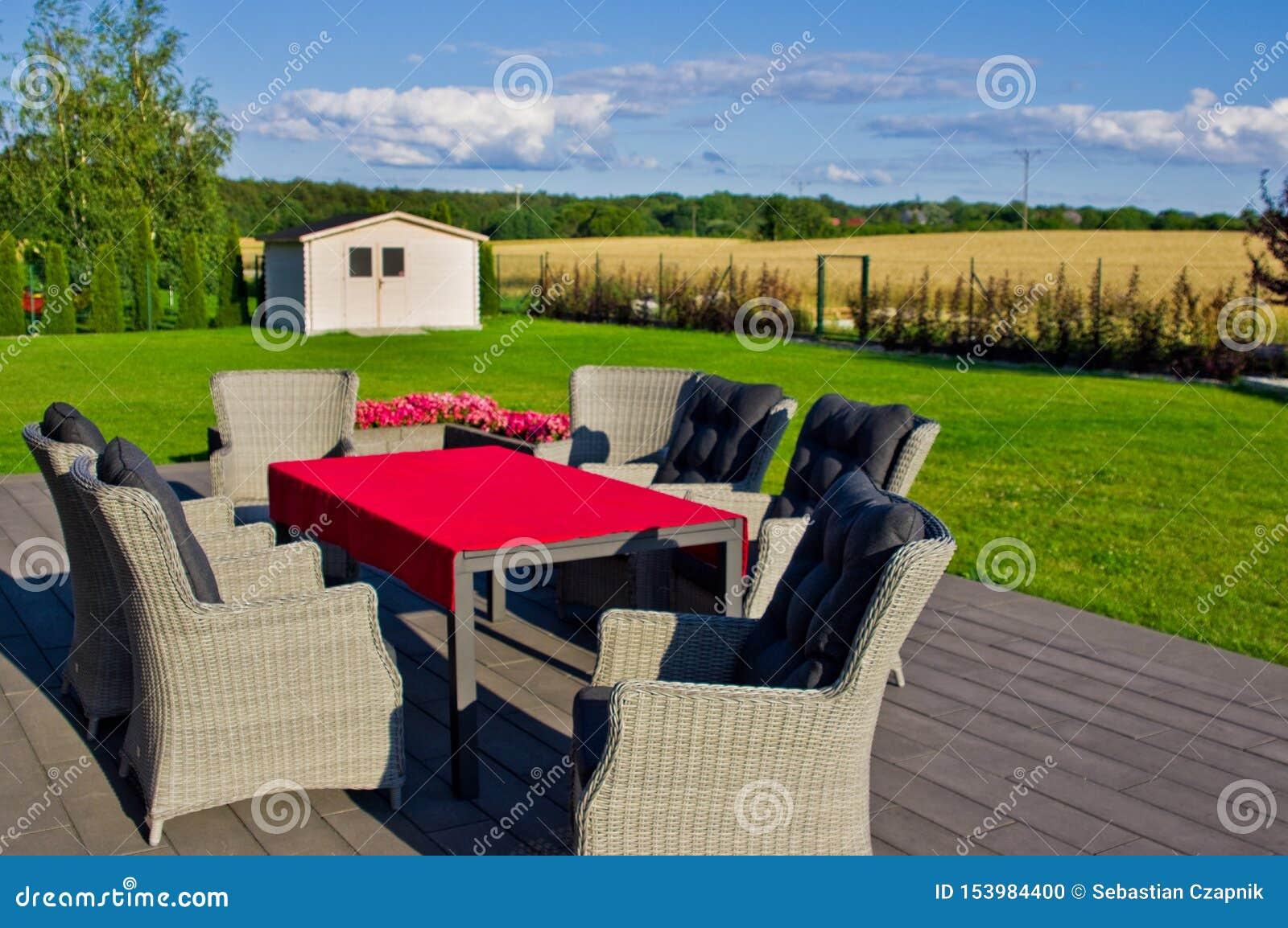 Terrasse A La Maison Elegante Avec Des Meubles De Jardin Photo