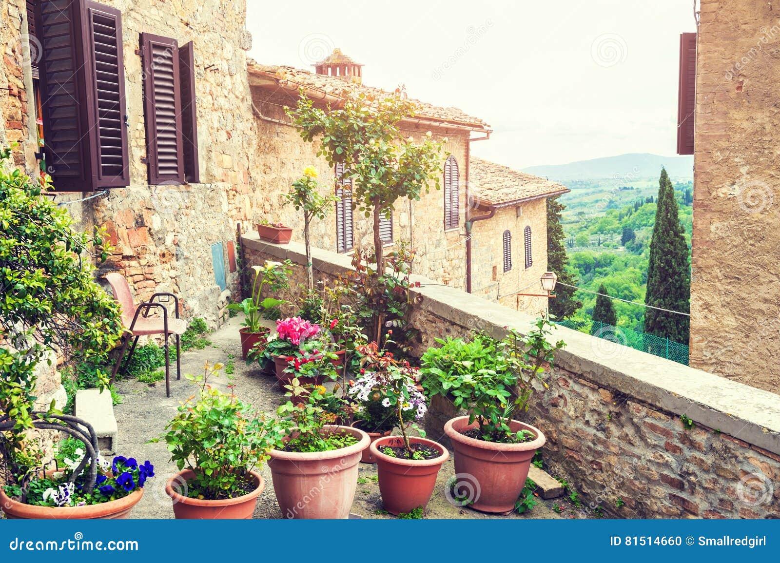 Terrasse Avec Des Fleurs Dans Une Maison Italienne Antique Photo