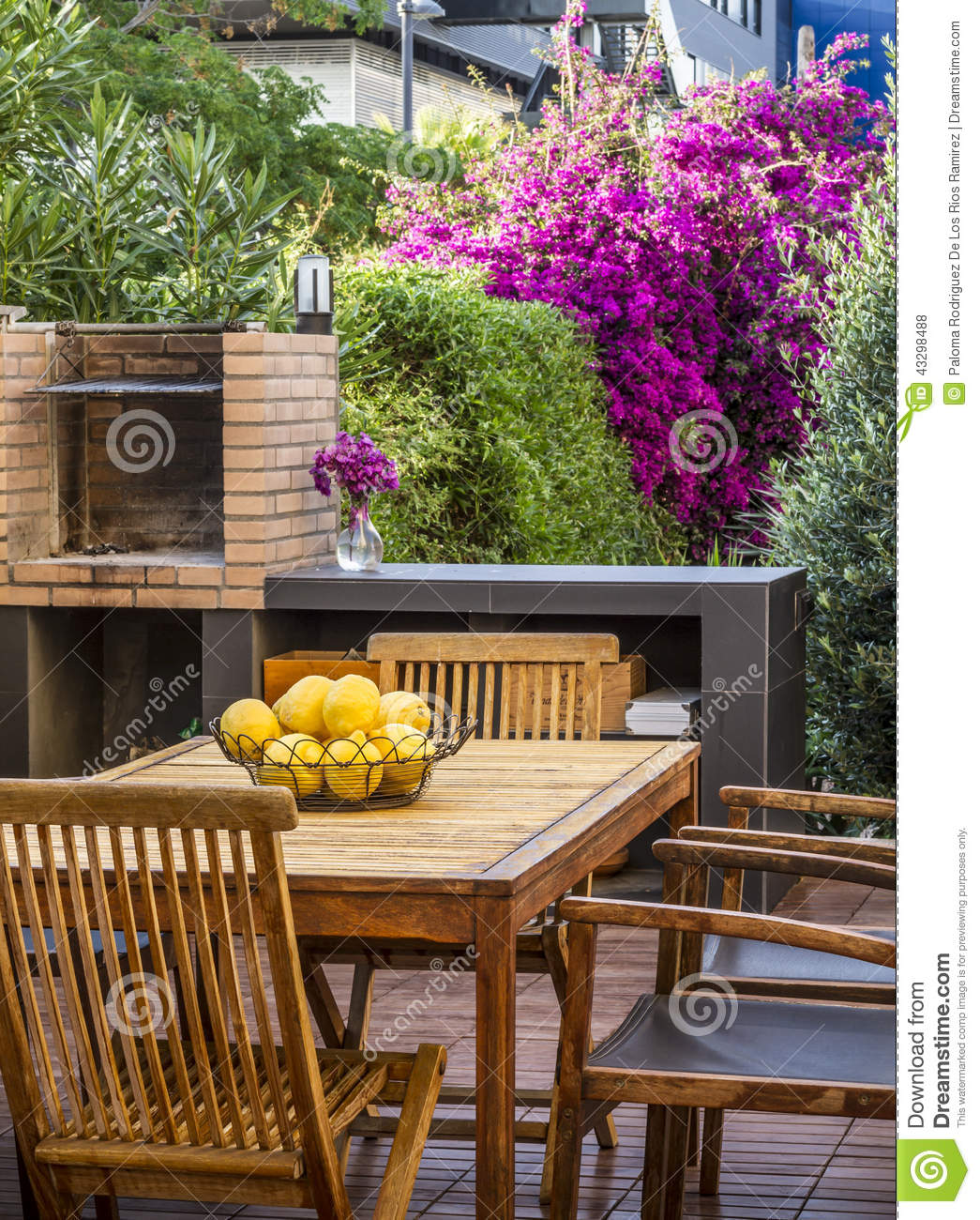 barbecue sur terrasse comment amnager son balcon barbecue amenagement terrasse with barbecue. Black Bedroom Furniture Sets. Home Design Ideas