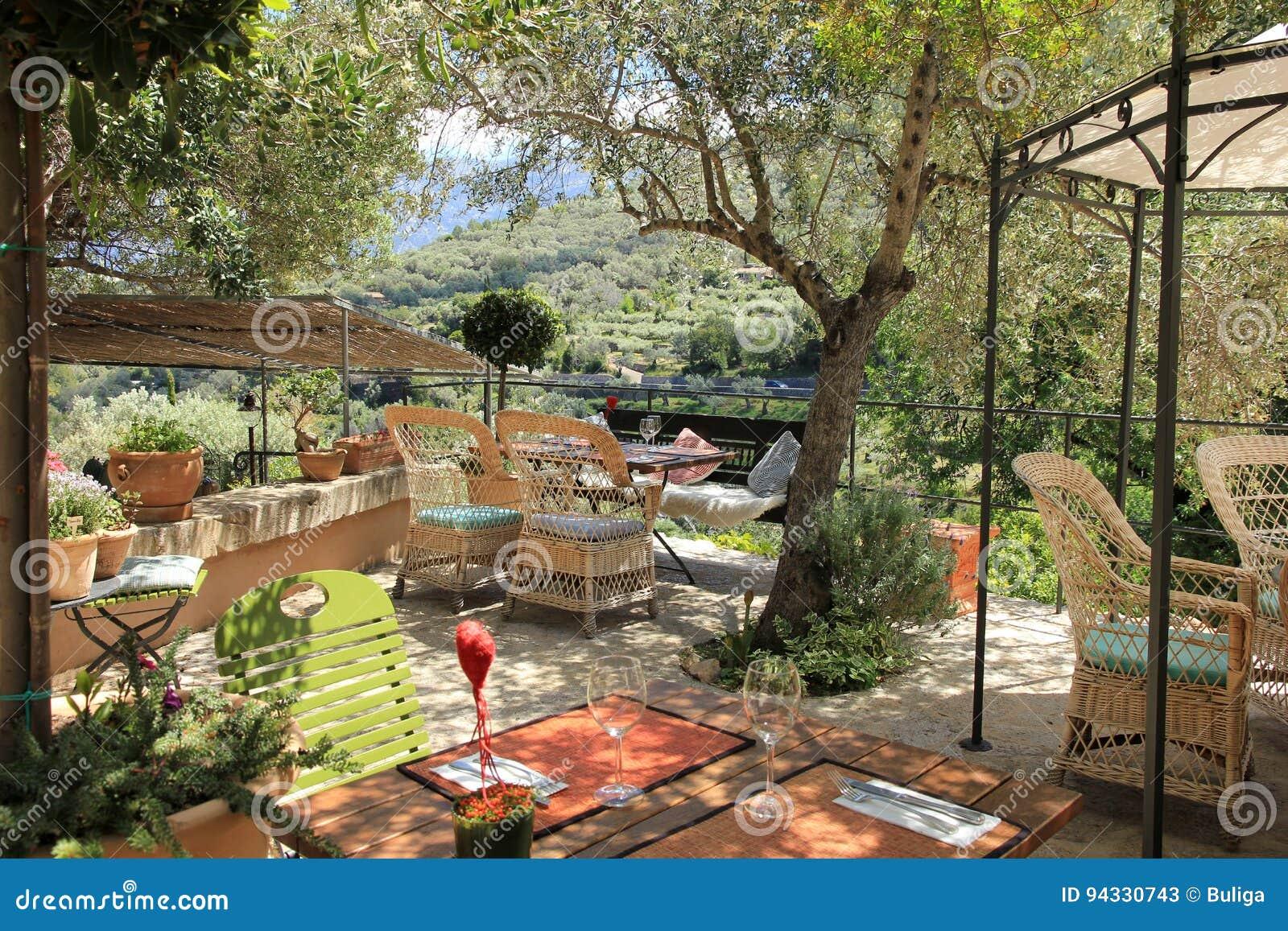 Terrasse Avec Les Meubles Méditerranéens Image stock - Image ...