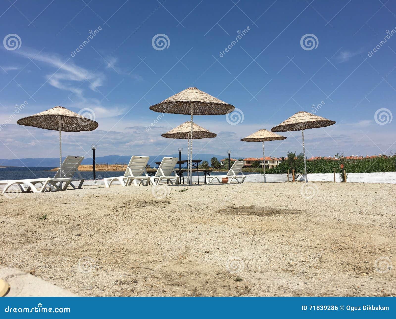 terrasse avec une vue sur la mer et le coucher du soleil parapluies et chaise longue une. Black Bedroom Furniture Sets. Home Design Ideas