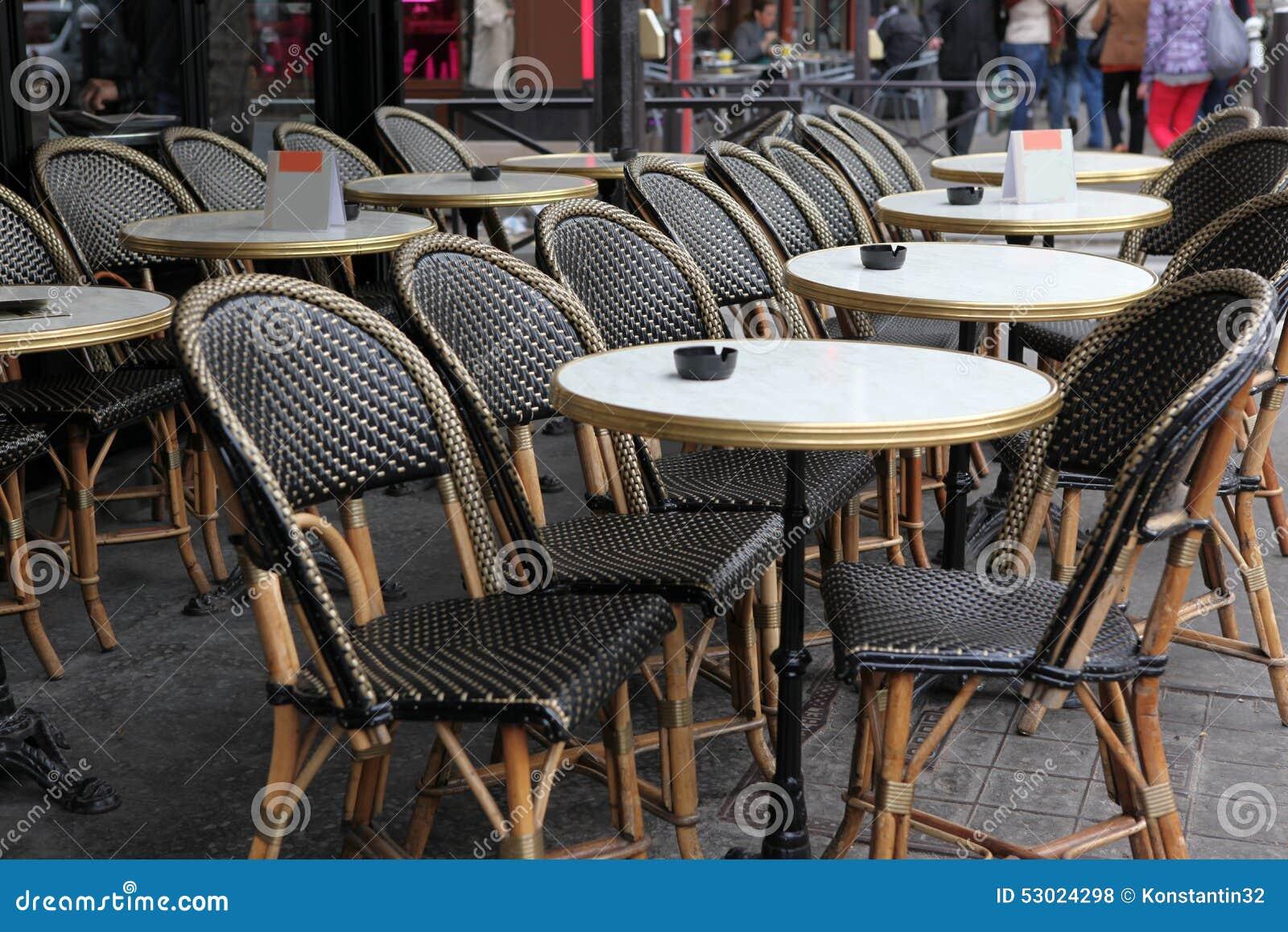 Terrasse de caf avec des tables et des chaises paris for Des tables et des chaises