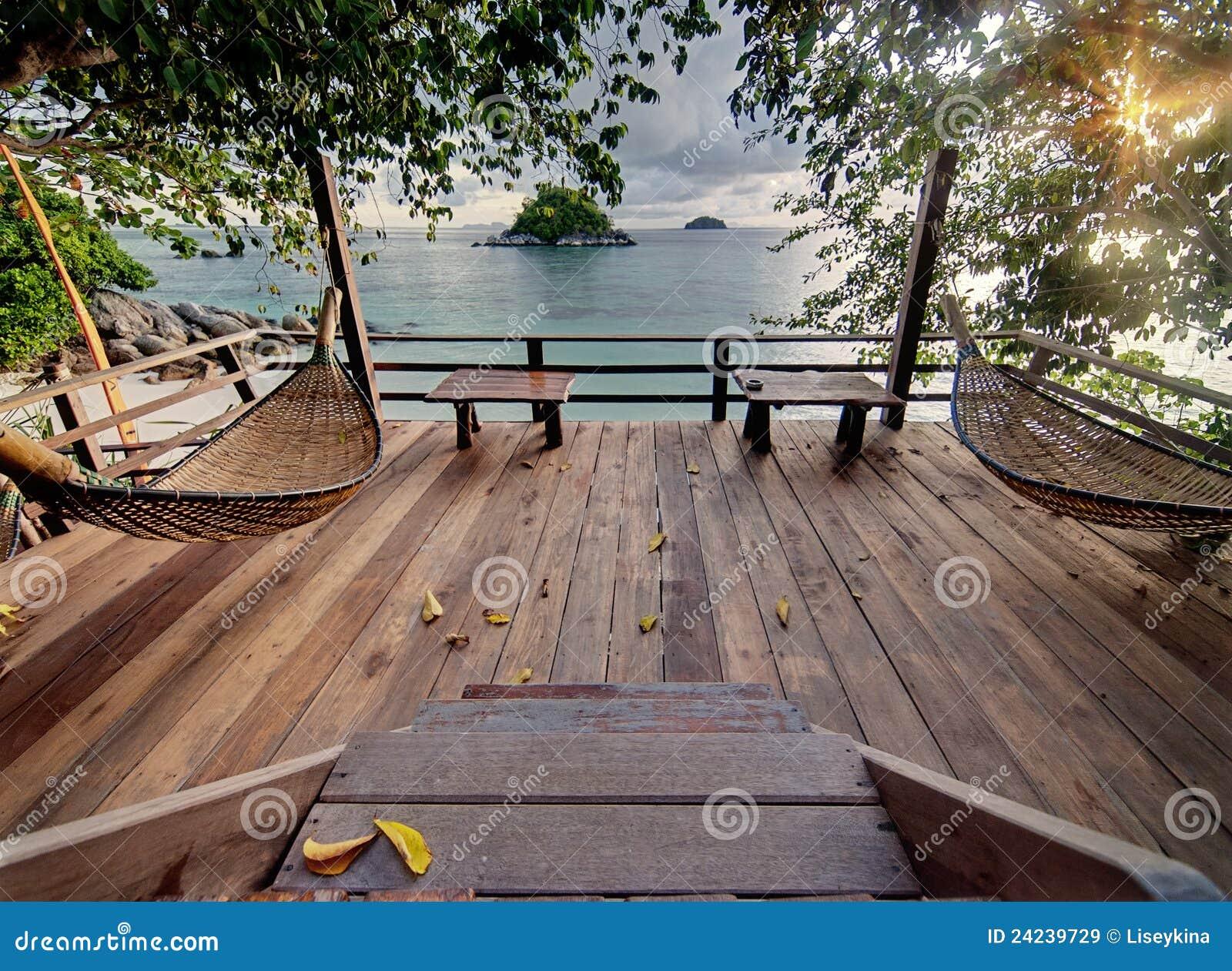 Terrasse De Seculed Avec Les Hamacs En Bois Image Stock Image Du