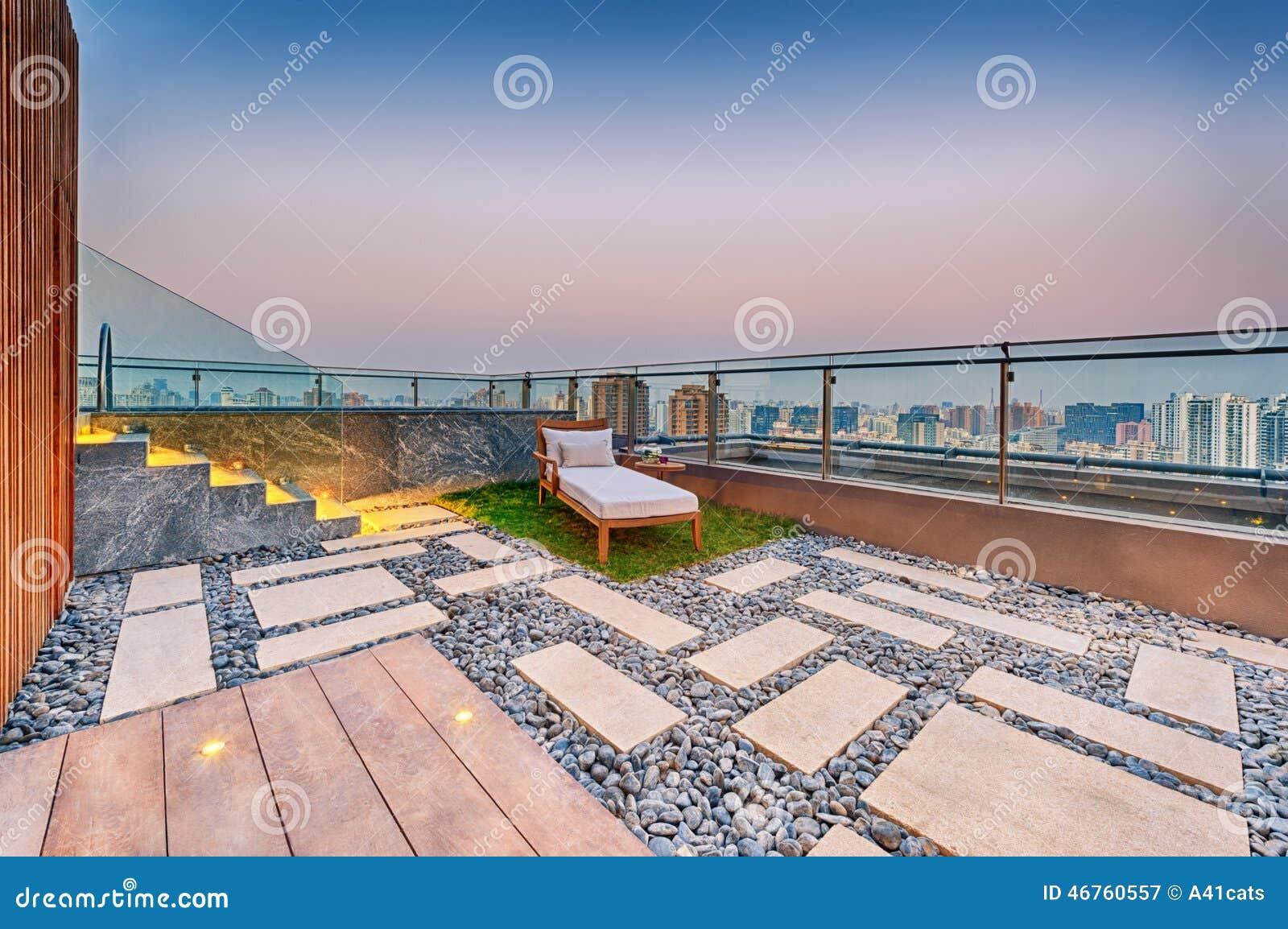 Toit Terrasse Avec Jacuzzi : Terrasse De Toit Avec Le Canap u00e9 De Jacuzzi Et De Soleil