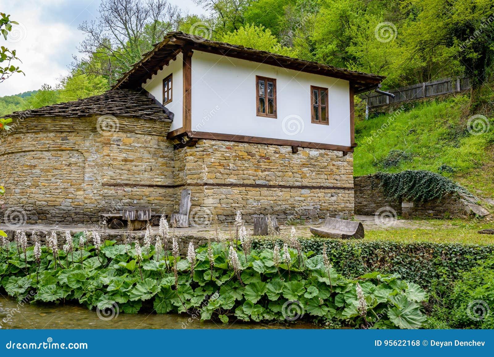 Terrasse En Bois Avec La Couverture Dans Etar Photo stock ...