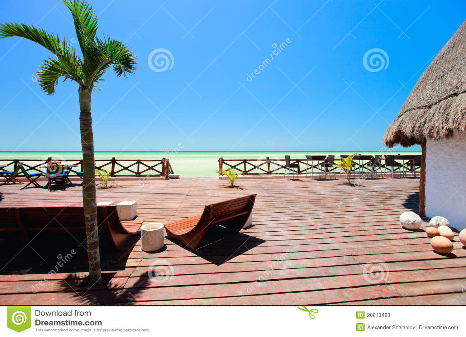 terrasse en bois de bord de la mer photos stock image 20813483. Black Bedroom Furniture Sets. Home Design Ideas