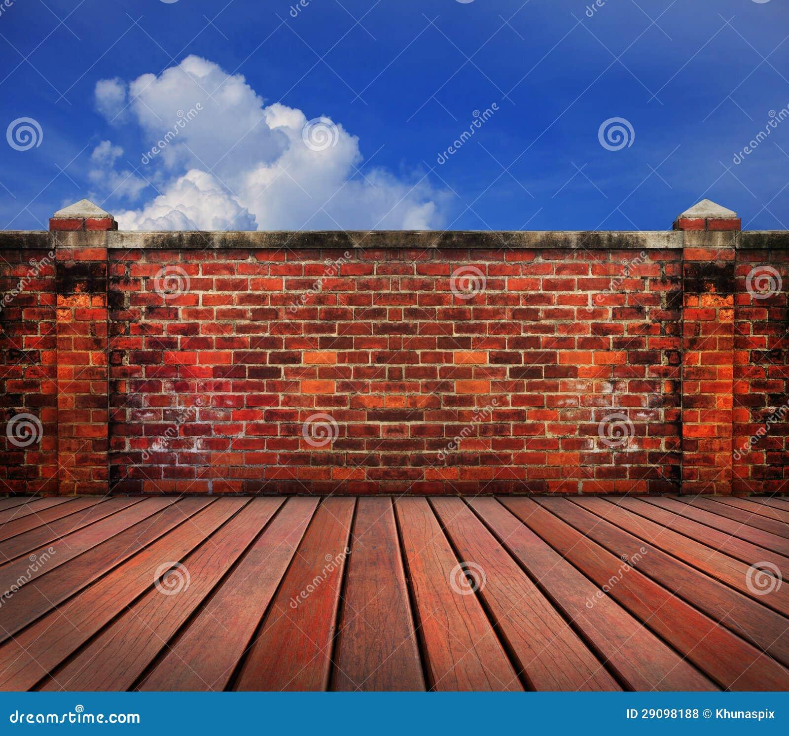 Terrasse en bois de vieux mur de briques avec le backgrund de ciel bleu photos libres de droits - Mur terras ...