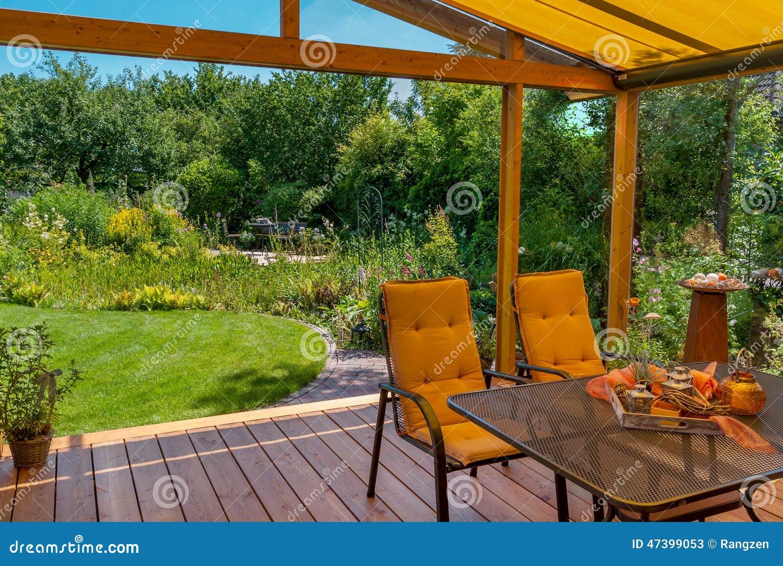 Terrasse et jardin d'été image stock. Image du bleu, home - 47399053
