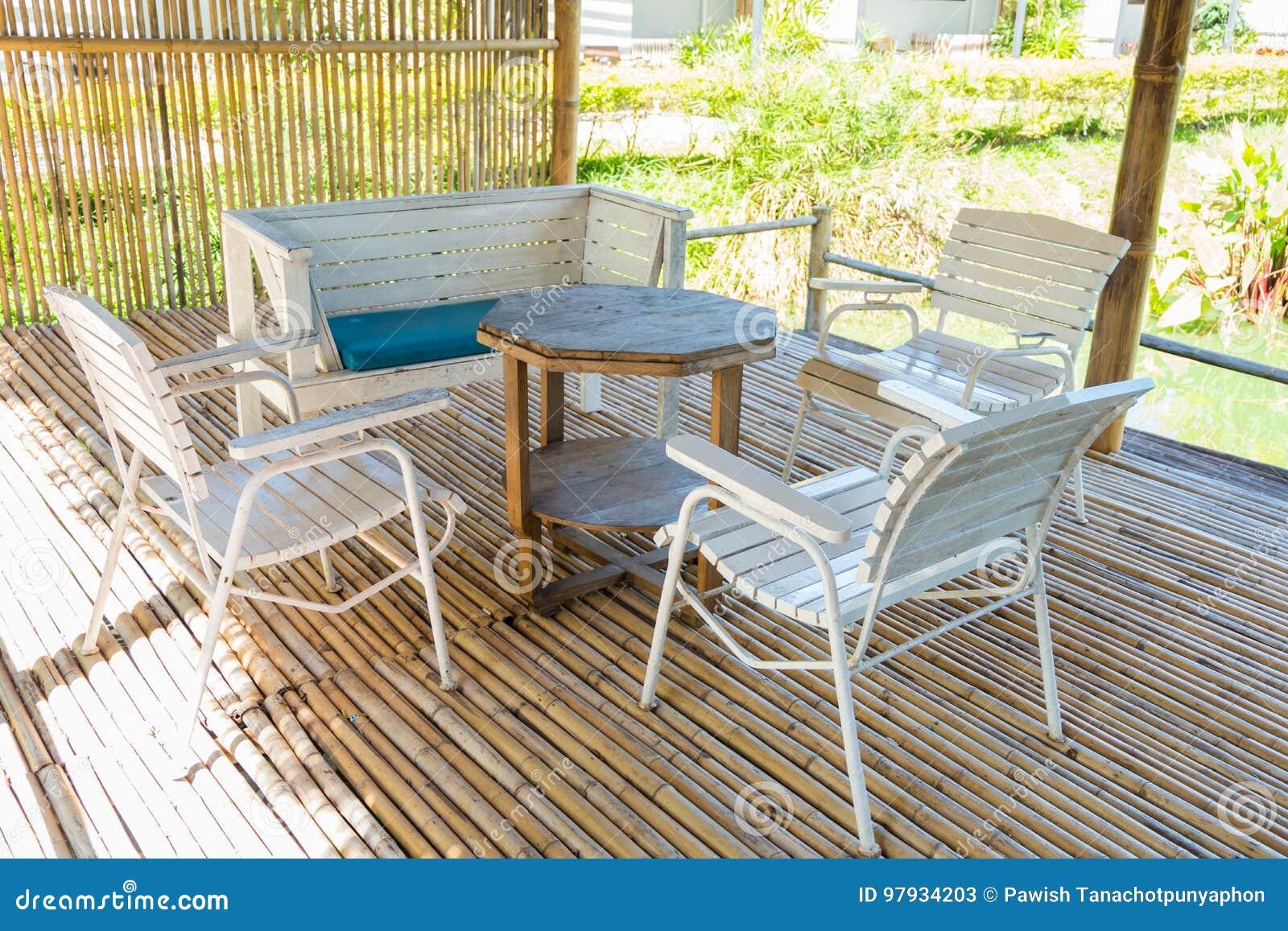 terrasse et table de salle à manger en bambou dans le soleil de