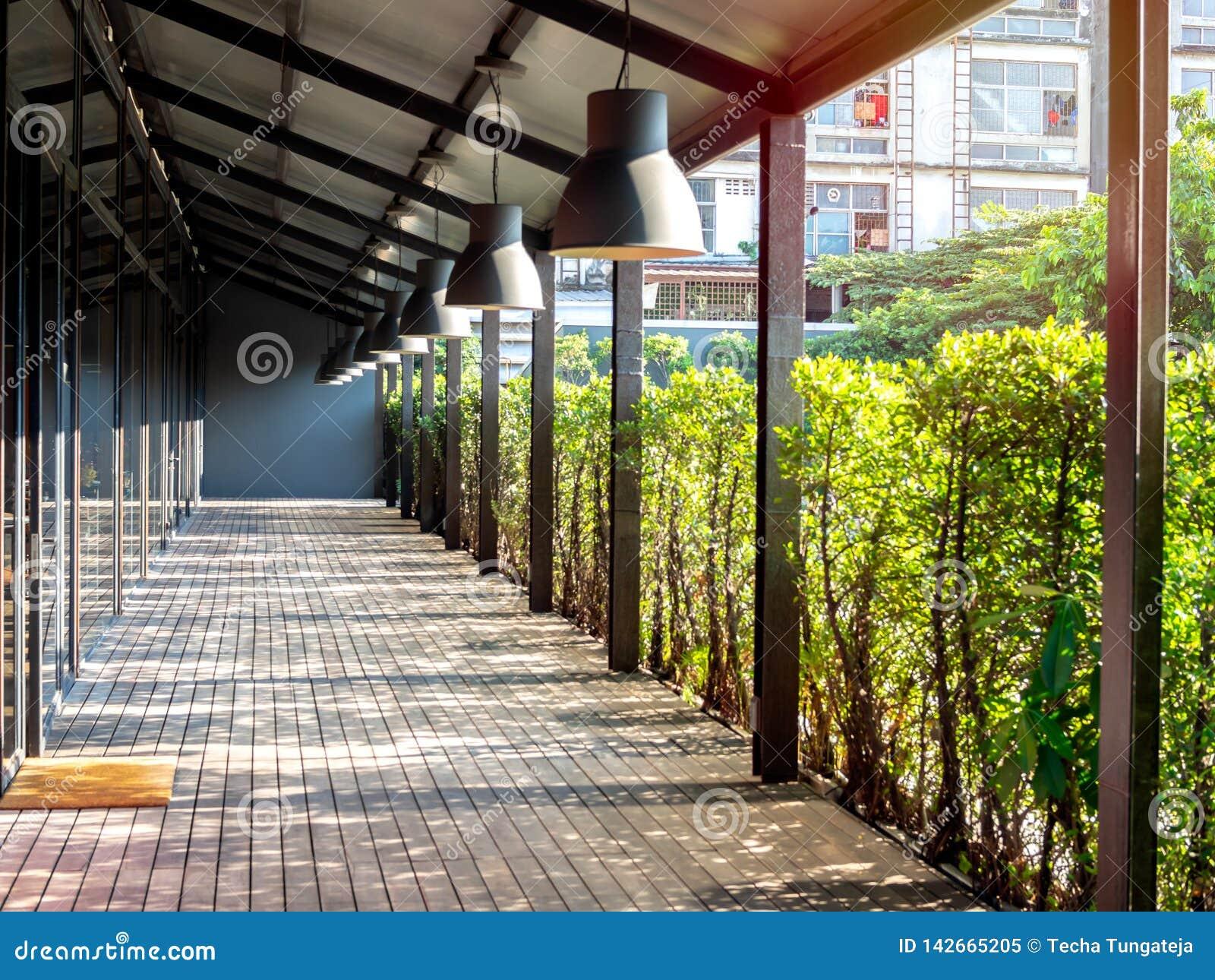 Terrasse Extérieure De Plancher En Bois Avec Le Soleil Et L ...