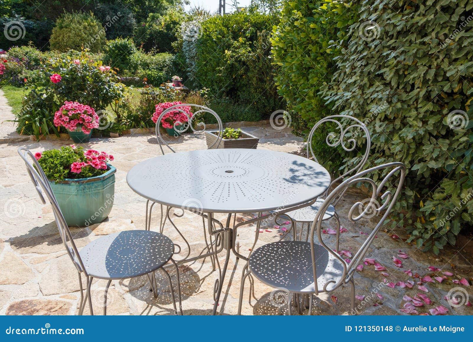 Jardin Sur Une Terrasse terrasse fleurie avec des meubles de jardin photo stock