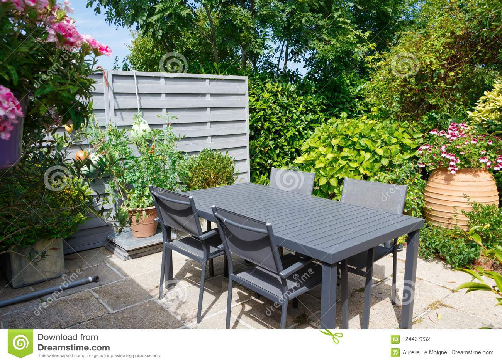 Terrasse Fleurie Avec Des Meubles De Jardin Photo stock ...