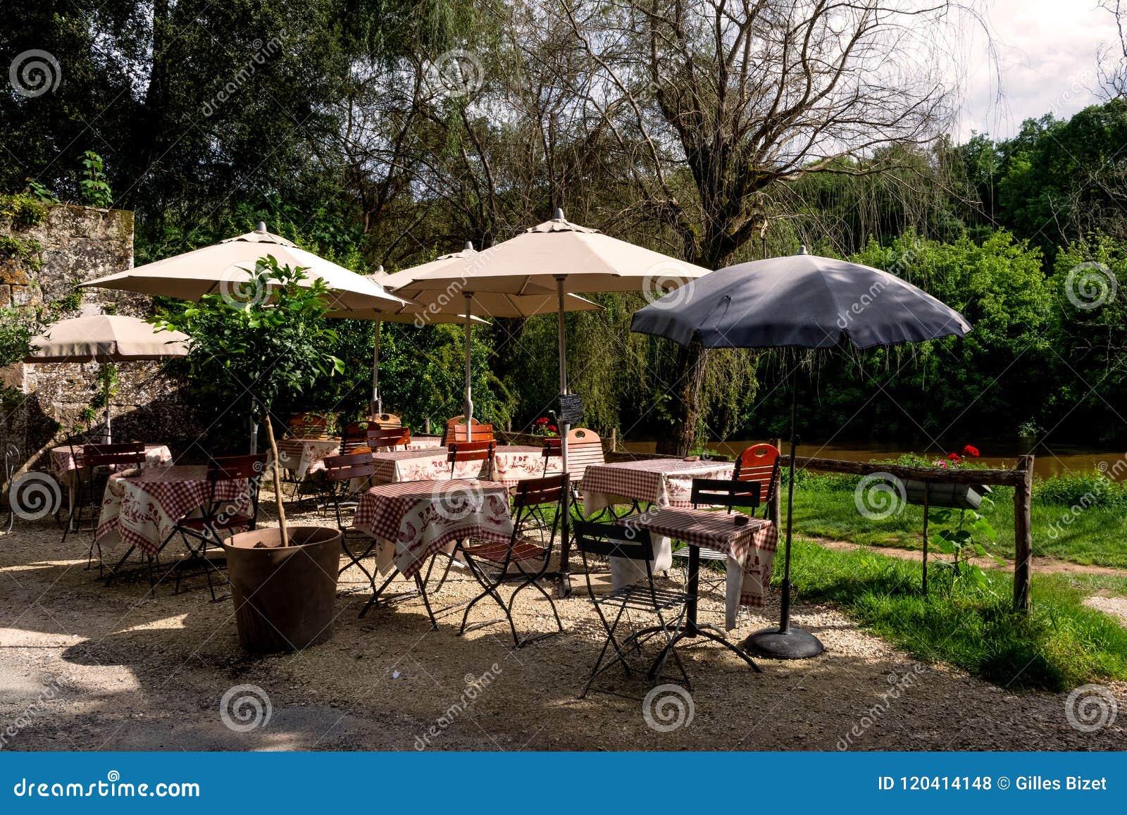 Terrasse Ombragée De Restaurant Par La Rivière Photo stock - Image ...