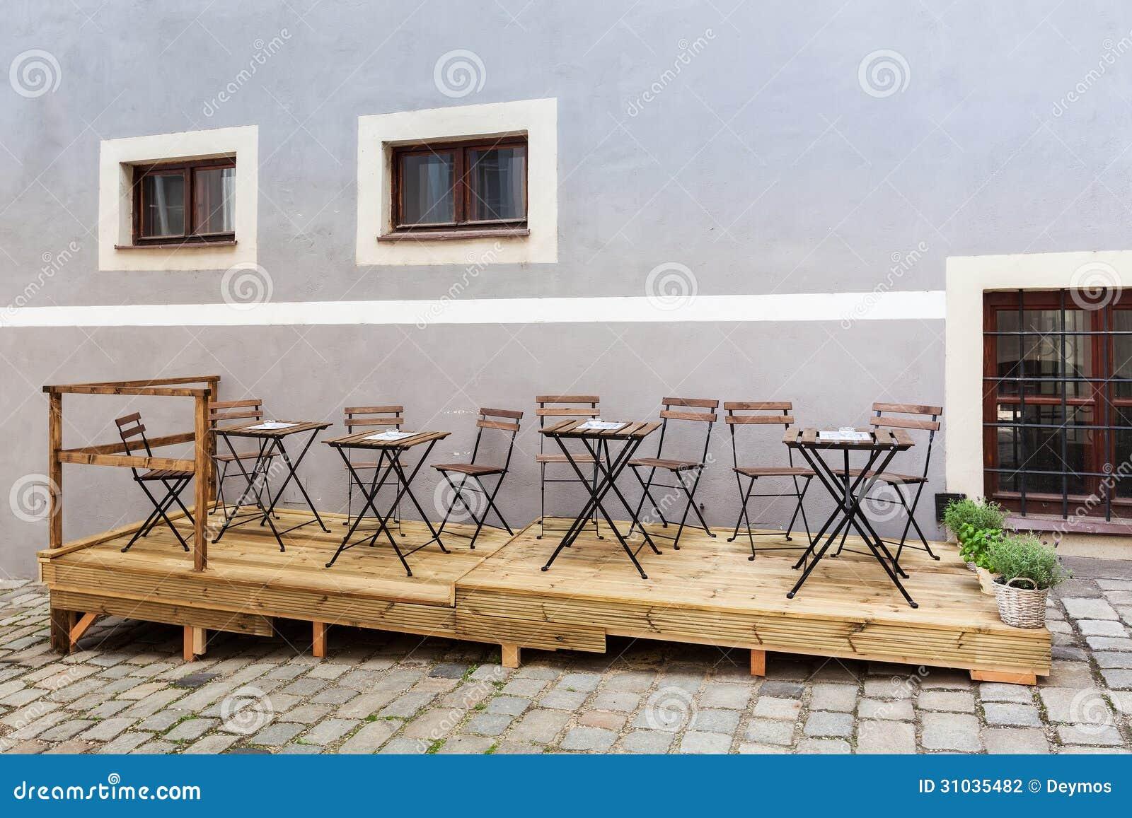 Terrasse vide de restaurant ou de café avec les chaises et les tables