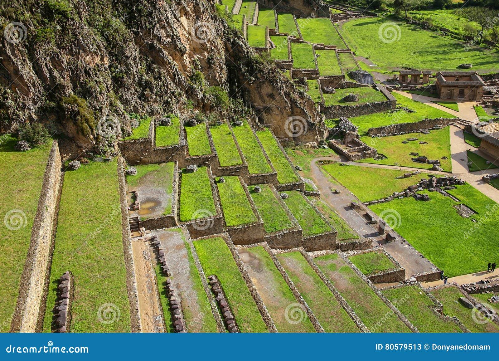 Terrasser av Pumatallis på Inca Fortress i Ollantaytambo, Pe