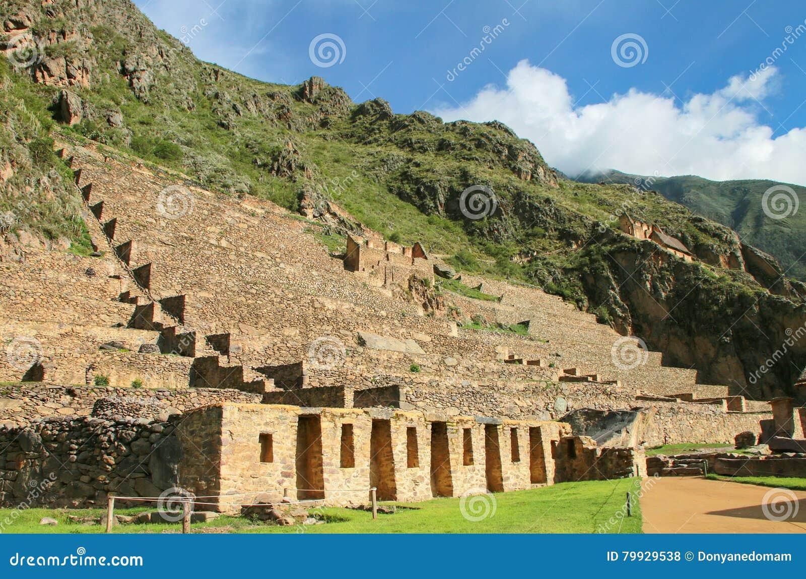 Terrasser av Pumatallis på Inca Fortress i Ollantaytambo, Peru
