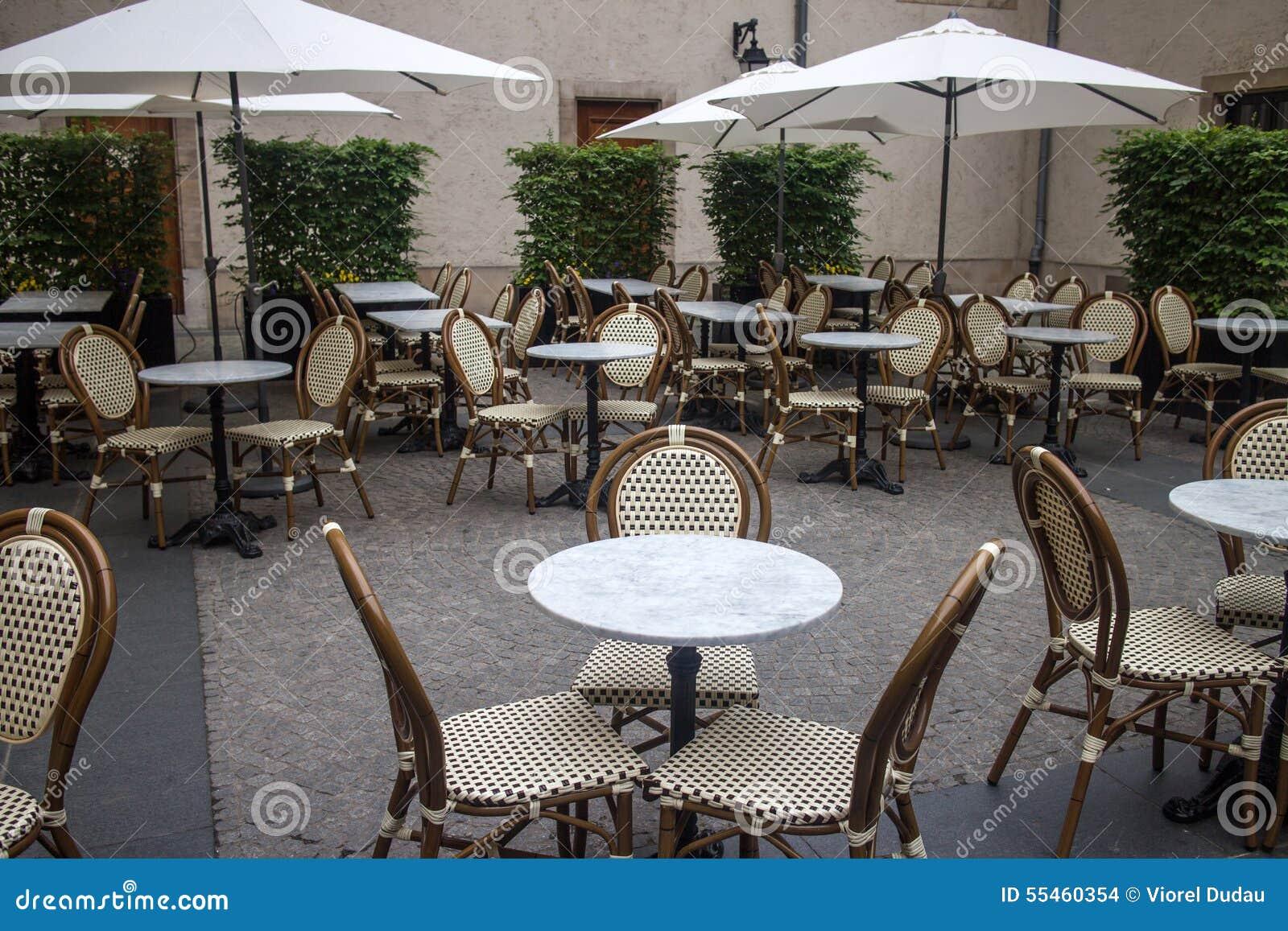 Terraza al aire libre del restaurante foto de archivo for Muebles para terraza al aire libre