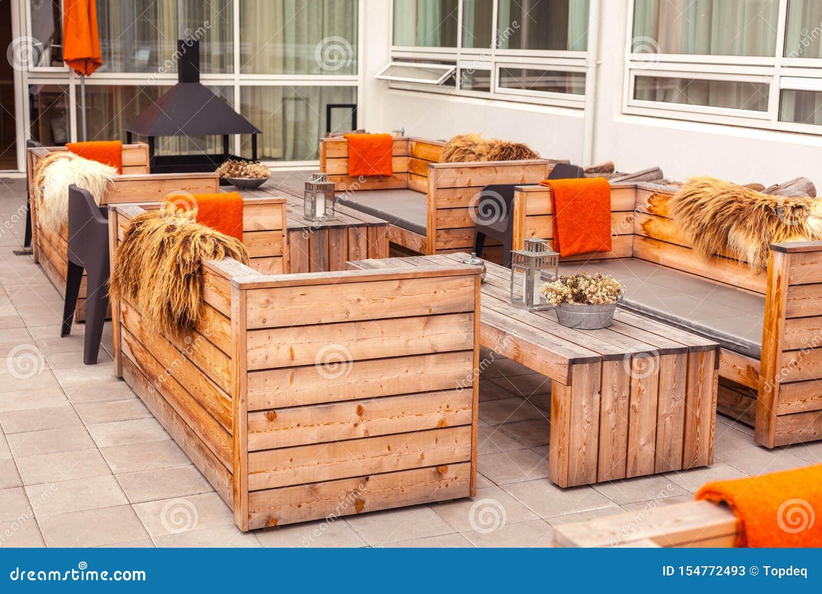 Terraza Al Aire Libre Del Restaurante Con Muebles De Madera