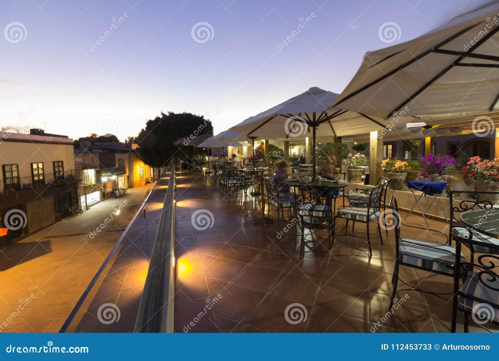 Terraza Con Los Paraguas En Un Restaurante Al Aire Libre