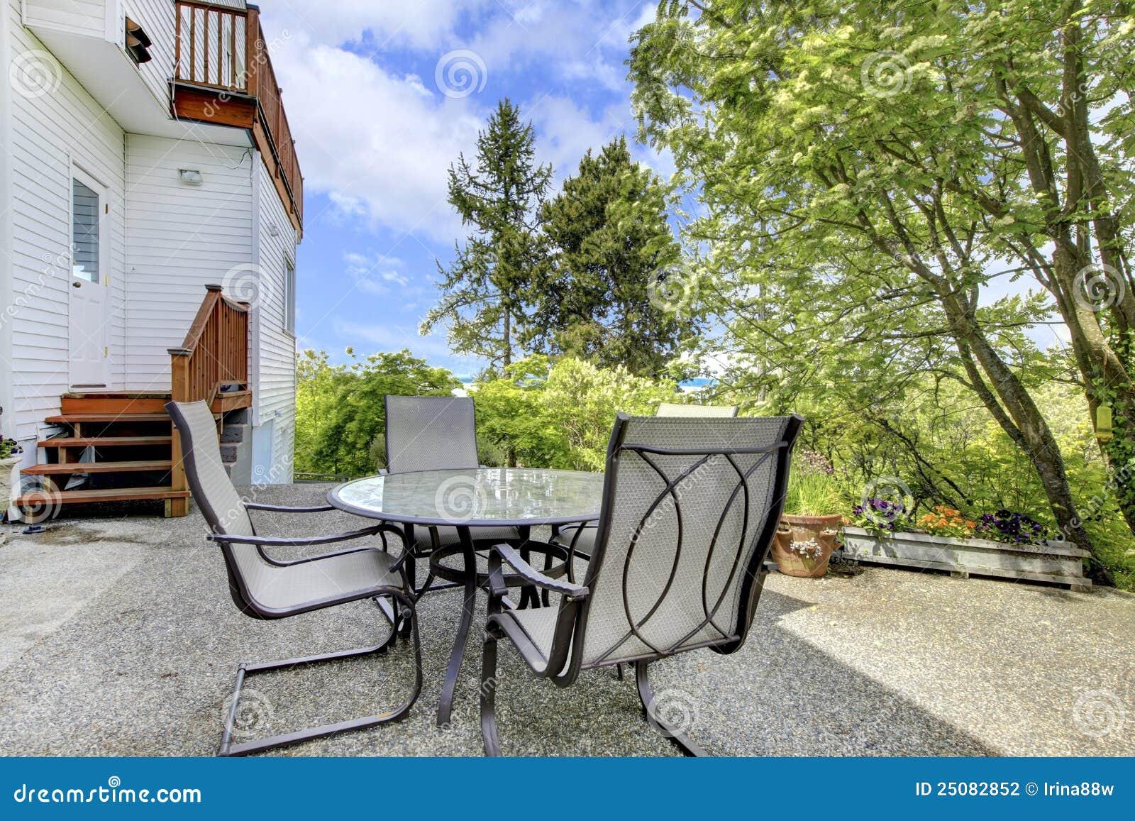 Terraza con muebles al aire libre en patio trasero for Muebles para terraza al aire libre