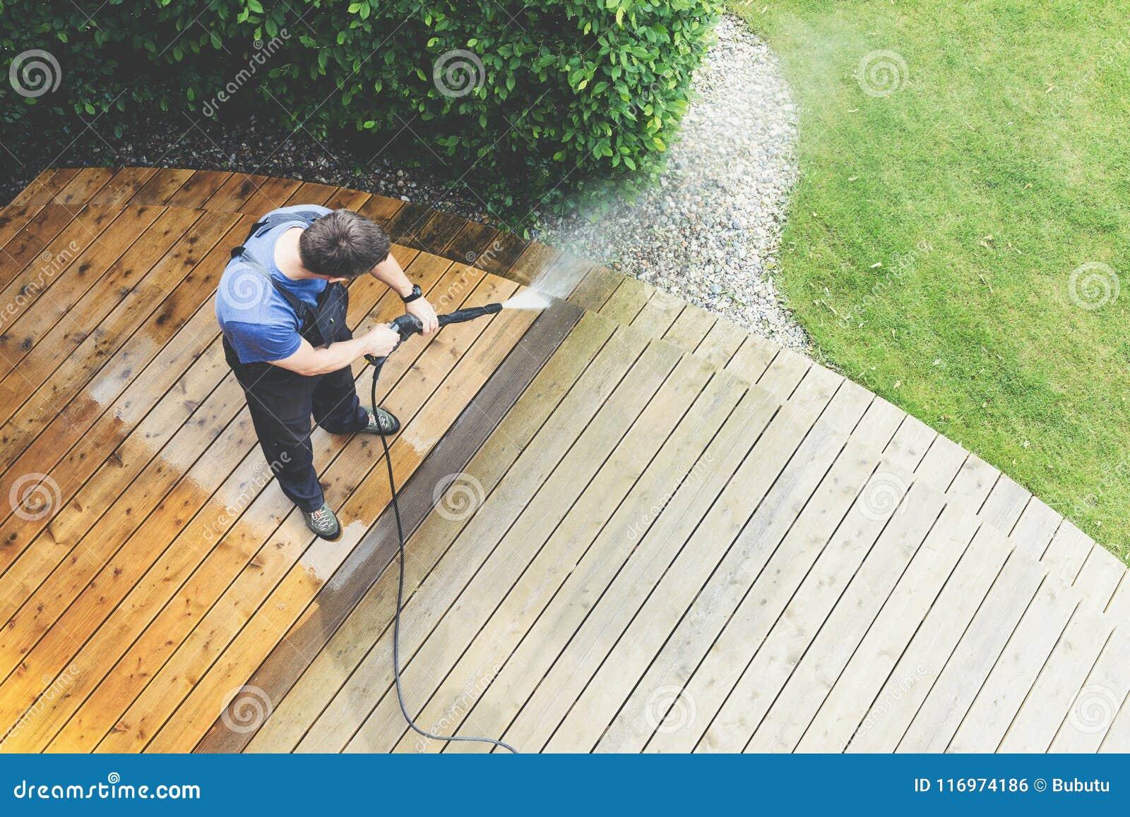 Terraza Con Una Lavadora Del Poder Presión De La Limpieza