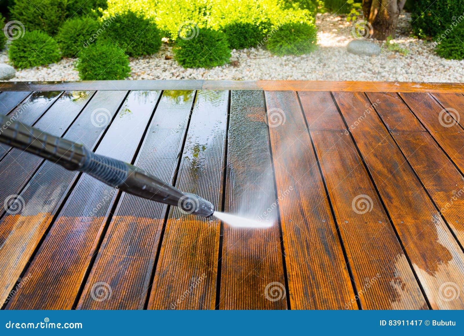 Terraza De La Limpieza Con Una Lavadora Del Poder Imagen De